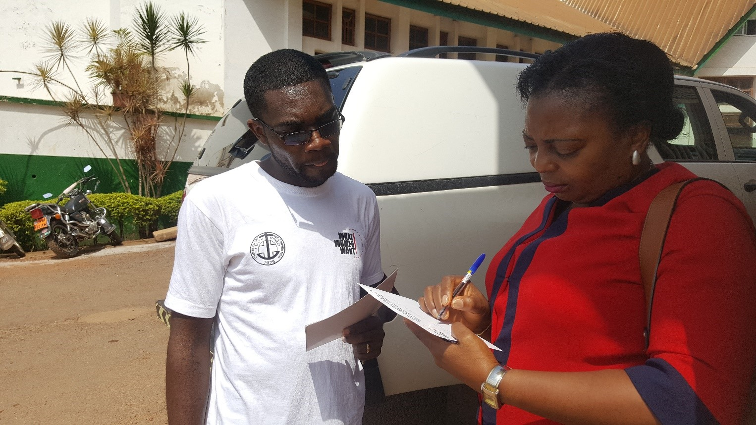 Mobilization_Cameroon_Ferdy with survey taker.jpg