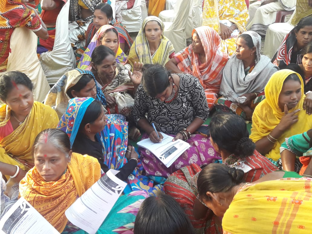 Mobilization_India_surveyor in center of group of women.JPG