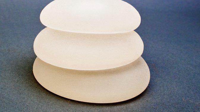 表面がザラザラしたテクスチャードタイプの乳房インプラントと、表面が滑らかなスムースタイプのインプラントは、感触や機動性が異なる
