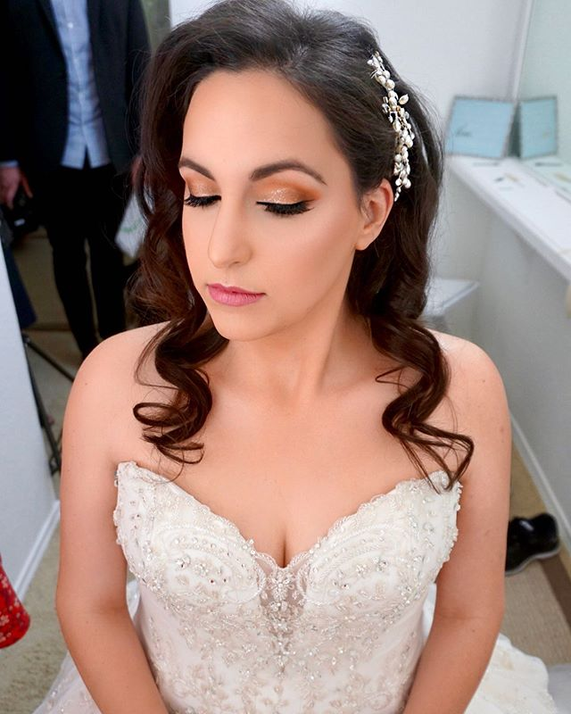 Can't get over how stunning my Bride Jaclyn looked on her wedding day 😍 #brushonnbyalveena #brushonnbyalveenabrides #bridalmakeup #bride #wedding #weddinghair #weddingmakeup #weddingmakeupartist #dallas #dallaswedding