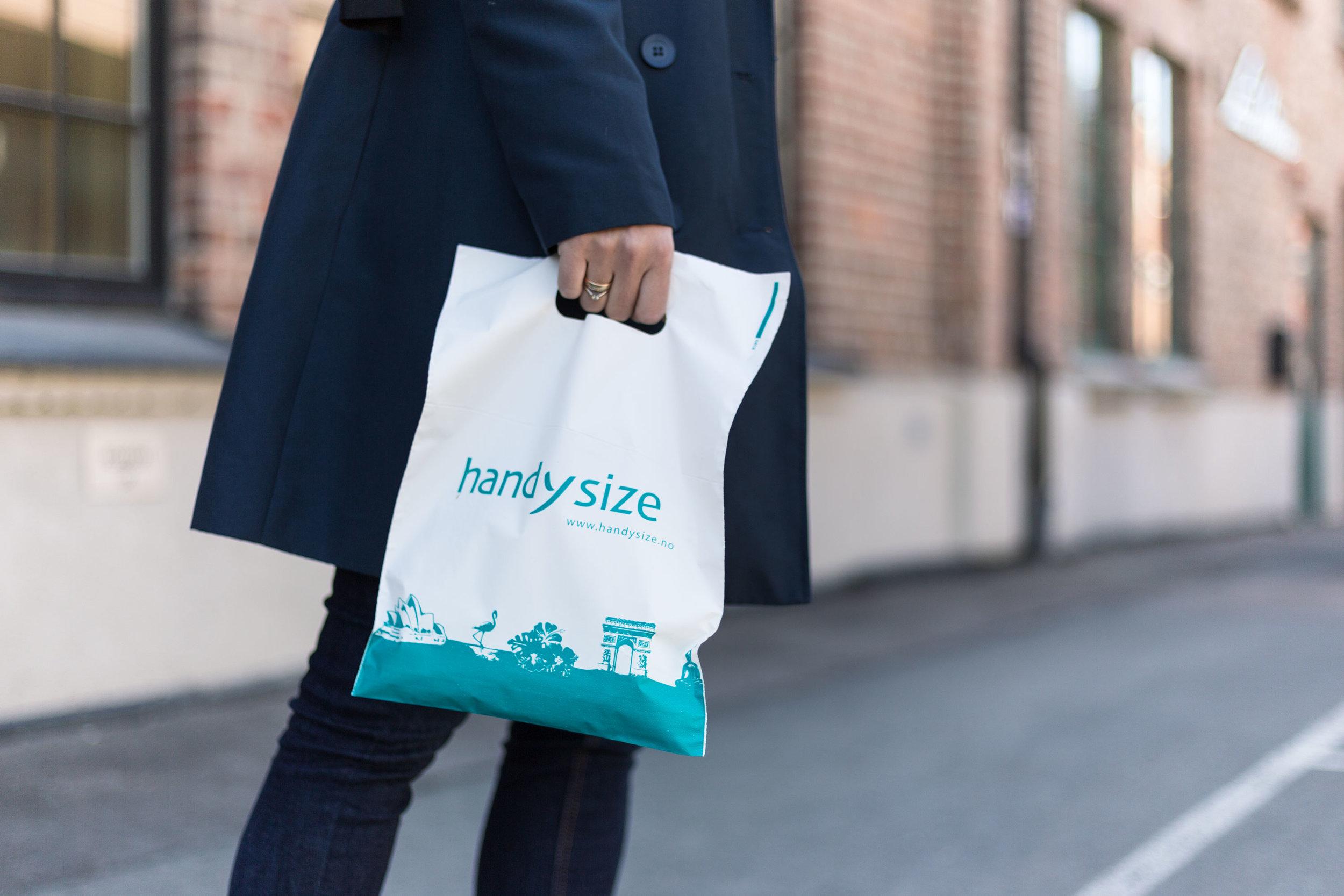 Handysize  selger smarte produkter for reise, ferie og fritid. Handysize har også vært smarte i valget av poser – ved å velge resirkulert plast sparer de miljøet for store utslipp.