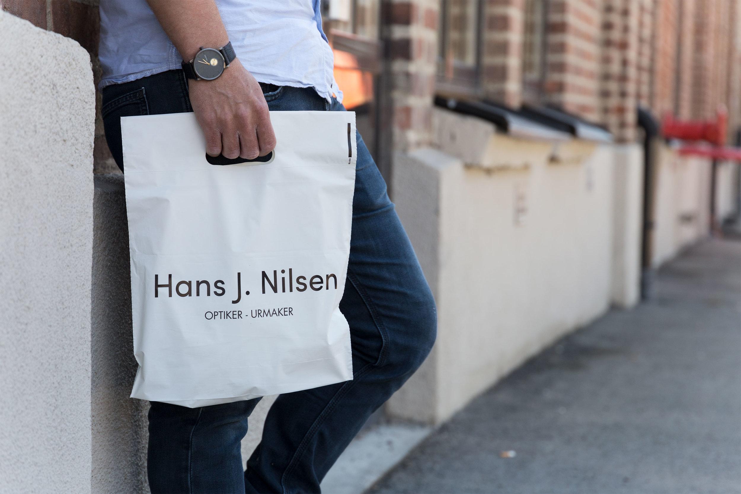 Optiker og urmaker  Hans J. Nilsen  har fått laget rene, minimalistiske og elegante poser – av gjenbruksplast.