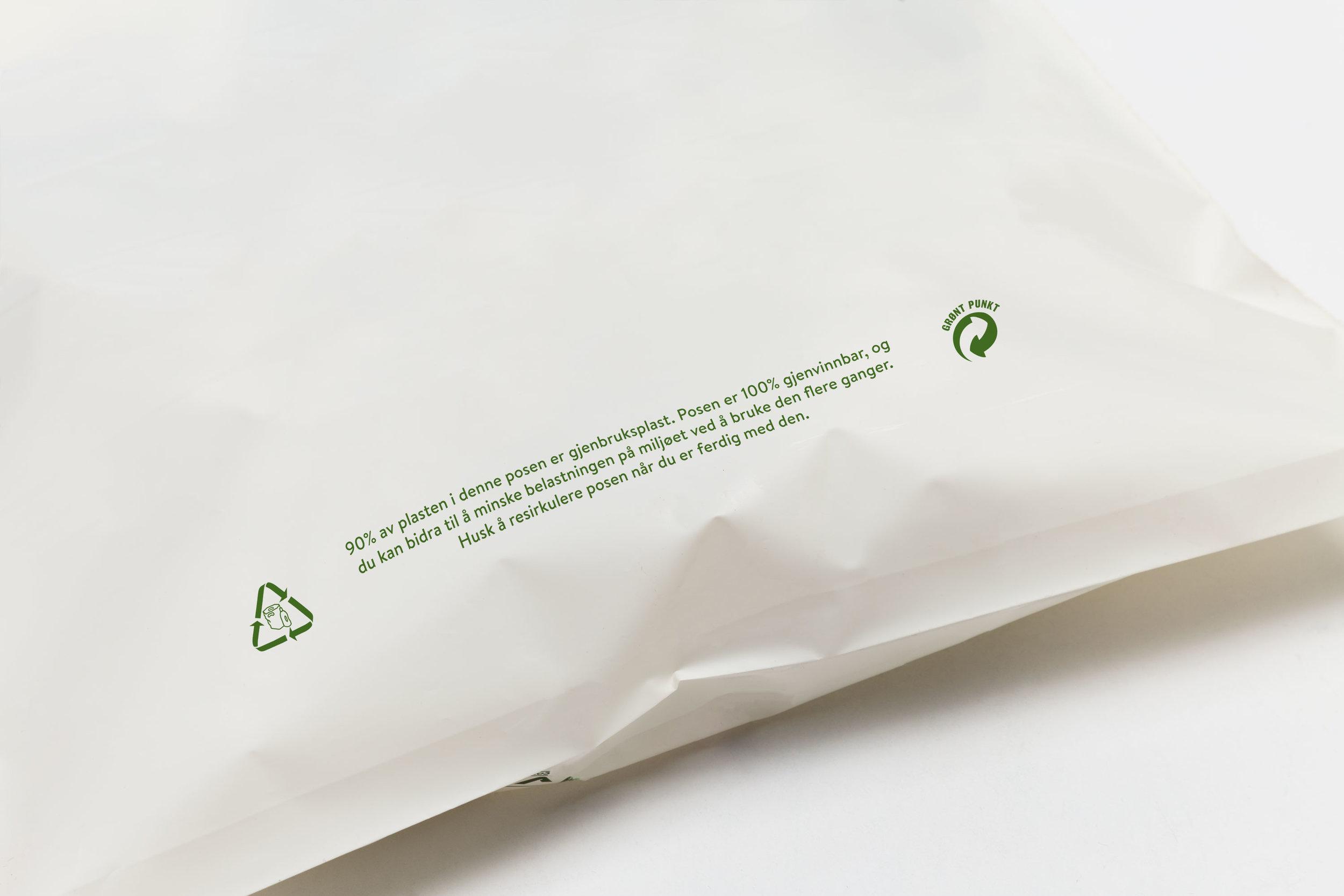 Posene ev gjenbruksplast kan påtrykkes relevant miljømerking og informasjon. Her kan man enten ha logoer og tekst nederst på frem- og bakside, med informasjon om posens miljøegenskaper og en oppfordring om å bruke den flere ganger, eller man kan ha merking i posens bunnfals, med info om posens innhold, produksjonsland, resirkulering mm.