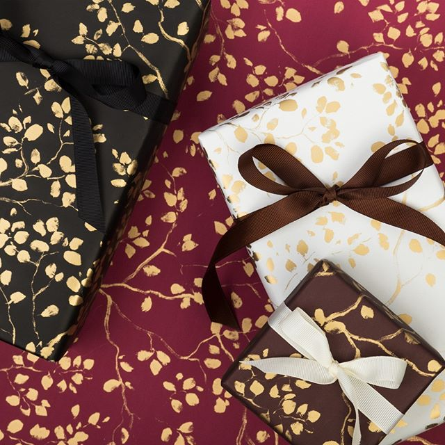 Varme og dype fargetoner for høstsesongen. Ribbede tekstilbånd gir innpakningen en elegant touch. #serviteur #gavepapir #giftwrapping