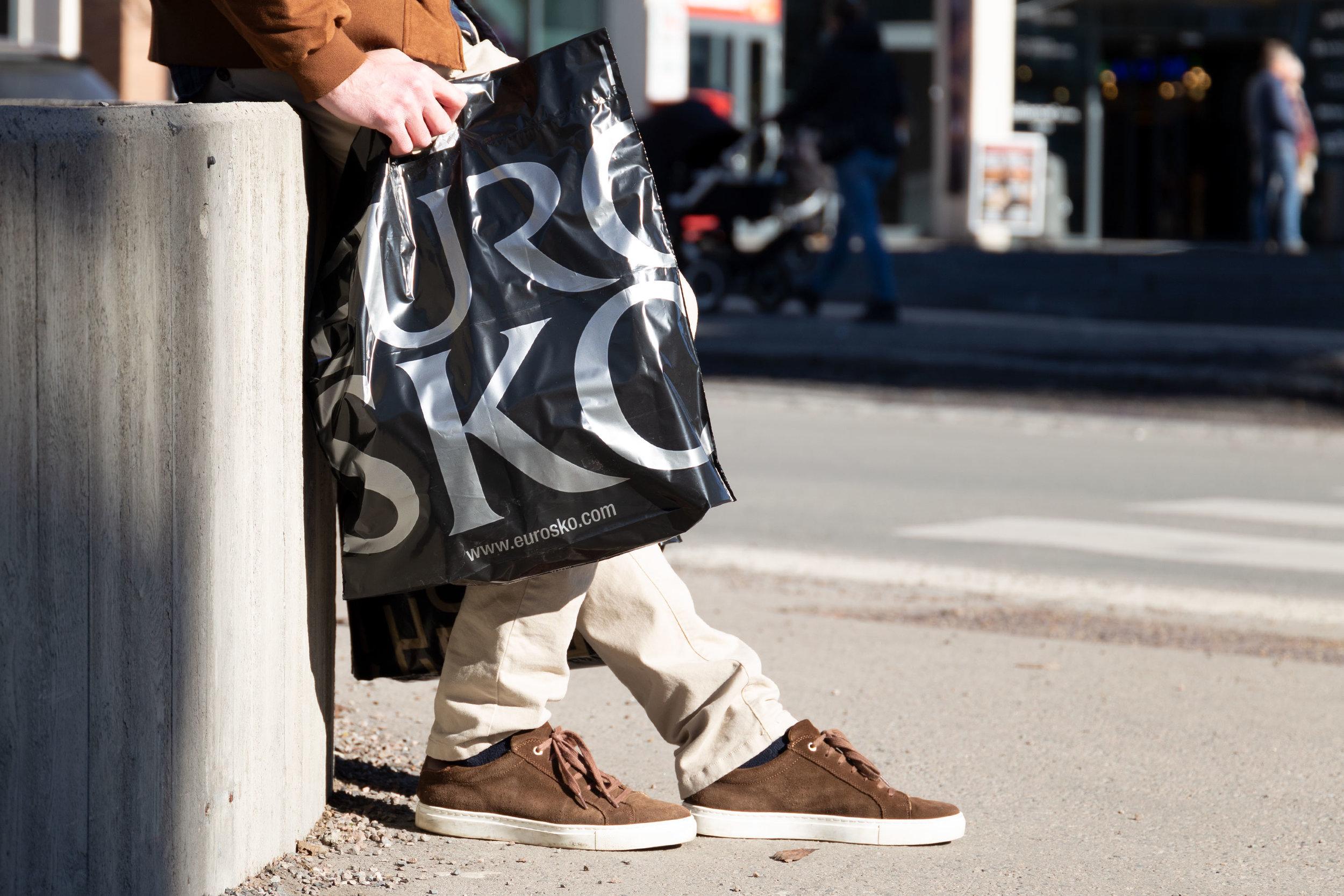 Eurosko har valgt poser i sort folie, med trykk i sølv. Bortsett fra merkingen i bunnen av posen, er det lite som avslører at posen er laget av resirkulert plast – den både ser ut og oppfører seg som en vanlig plastpose.