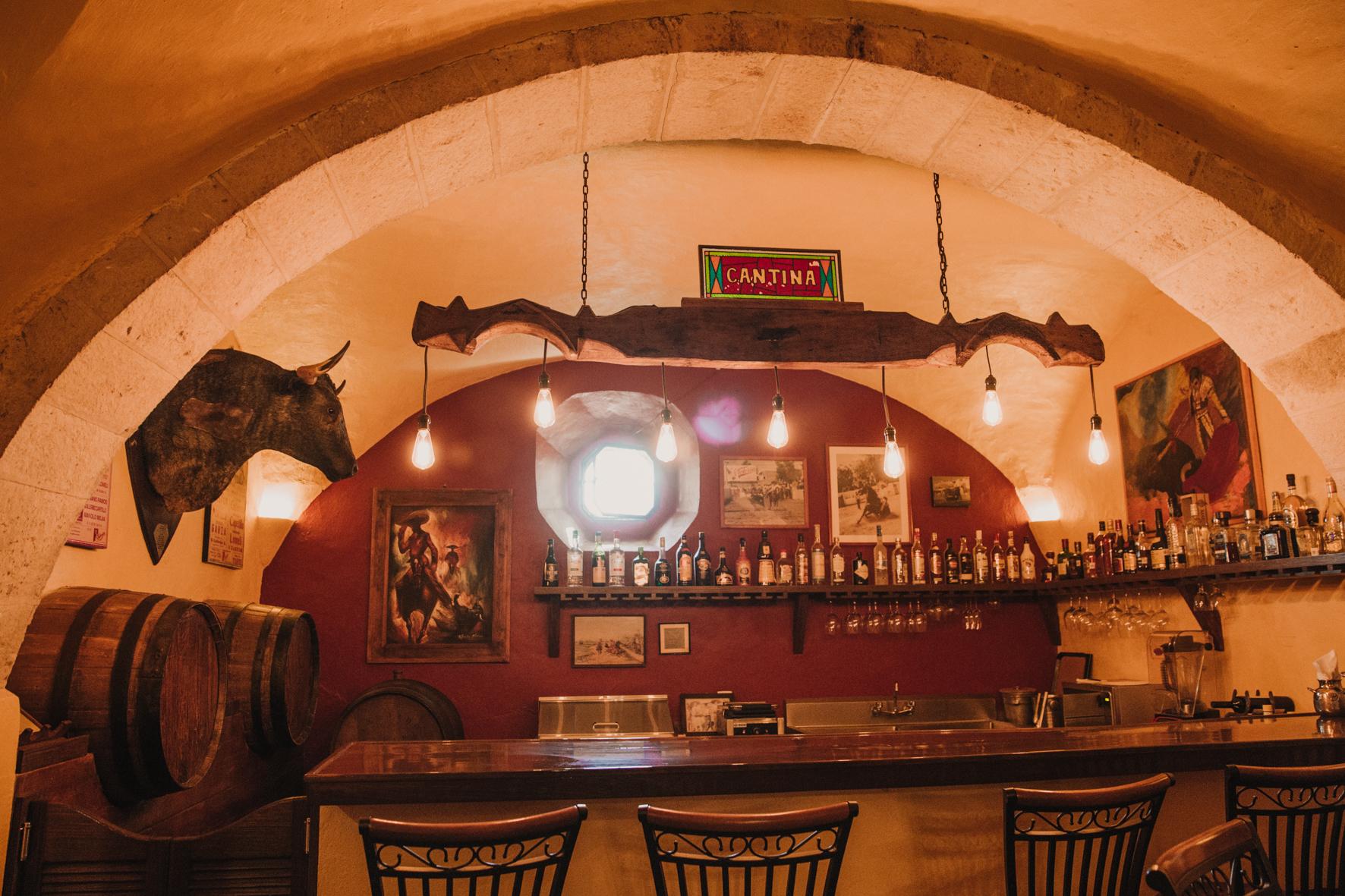 Cantina - Puede llegar a ser uno de tus lugares favoritos, ya que te transportará al ambiente idoneo de esta hacienda rodeado de música, tapas, y una amplia gama de bebidas nacionales, internacionales y locales.