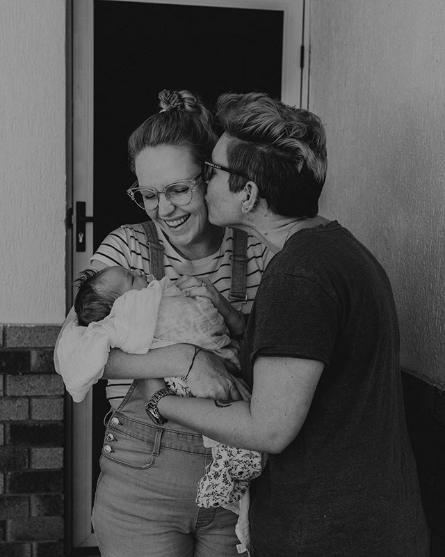 Bringing your baby home for the first time is a time that is full of mixed emotions! It's the first time that you and your partner are left truly alone with your baby. It's a time of pure joy mixed with complete overwhelm and sometimes fear! ⠀ ⠀ For me I couldn't wait to get out of hospital and back home!! ⠀ ⠀ Tell me - how did you feel bringing your baby home for the first time? These two look pretty stoked to be home to me!!