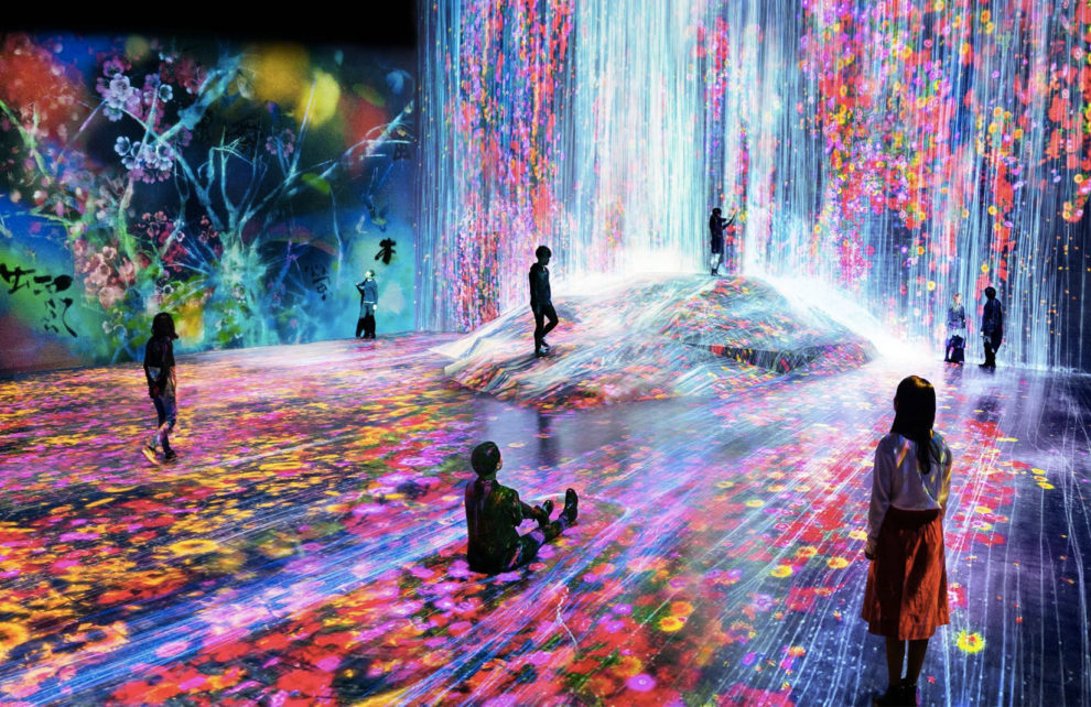 'Universe of water particles on a rock where people gather'. Courtesy of teamlab