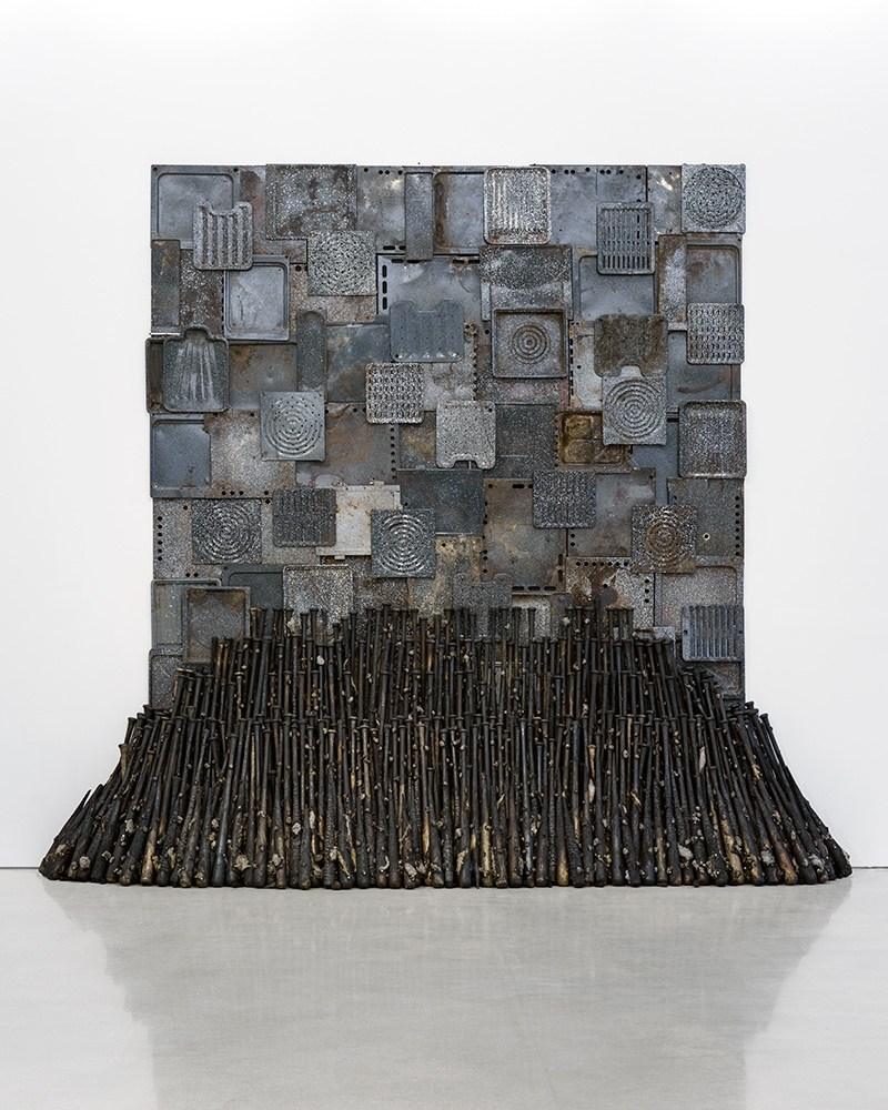 """Nari Ward, Iron Heavens, 1995. Oven pans, ironed sterilized cotton, and burnt wooden bats, 140 x 148 x 48 in (355.6 x 375.9 x 121.9 cm). Installation view: """"Nari Ward: Sun Splashed,"""" Pérez Art Museum Miami, 2016. Collection Jeffrey Deitch. Courtesy the artist and Lehmann Maupin, New York and Hong Kong. Photo: Studio LHOOQ"""