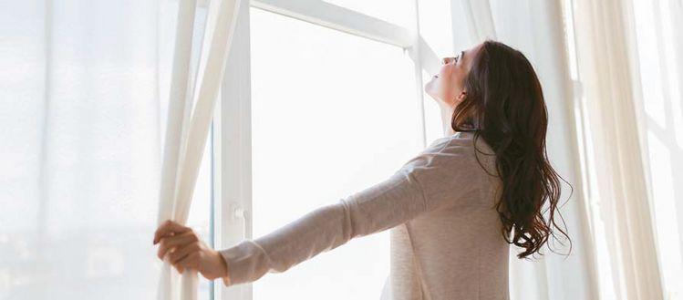 실내의 시원한 공기와 열은 창문을 통해 30%까지 빠져나간다. 이 때문에 에너지 효율이 높은 창문을 교체하면 적지 않은 에너지 비용 절감 효과를 볼 수 있다.