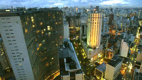 An aerial view of 'COPAN', (L), a 1951 home building project with 1160 apartments, created by Brazilian architect Oscar Niemeyer, with the Sao Paulo' skyline in the background, January 23, 2004. (PAULO WHITAKER/REUTERS)
