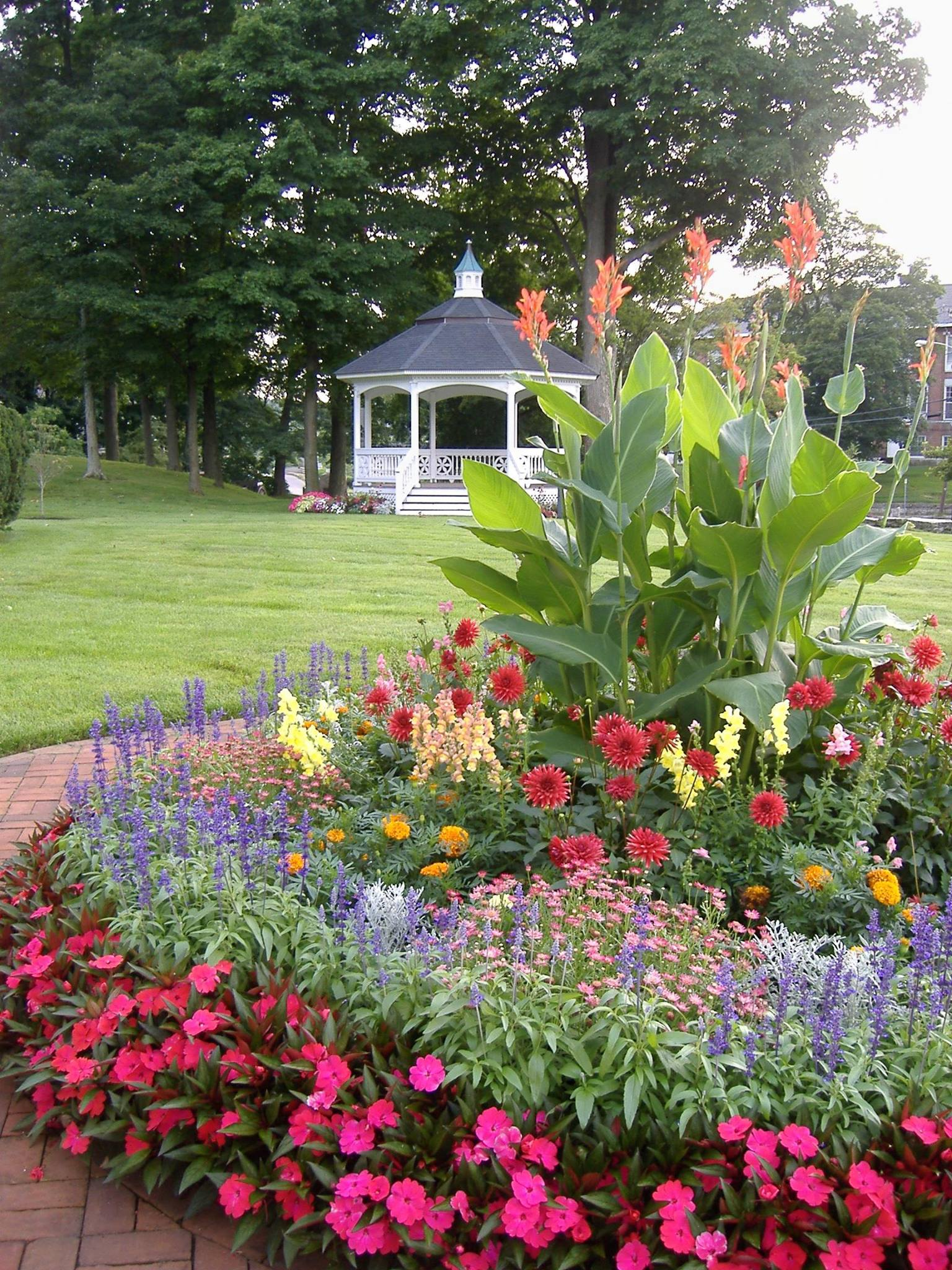 The Floral Circle at Midsummer with view of bandstand. Photo: Catherine Elliott, Asa Waters Mansion.