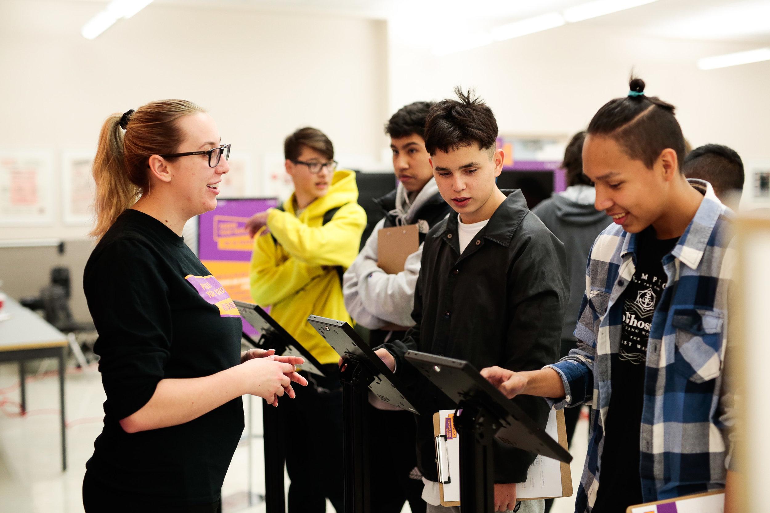 Un ambassadeur de l'information parlant aux étudiants à propos l'expérience