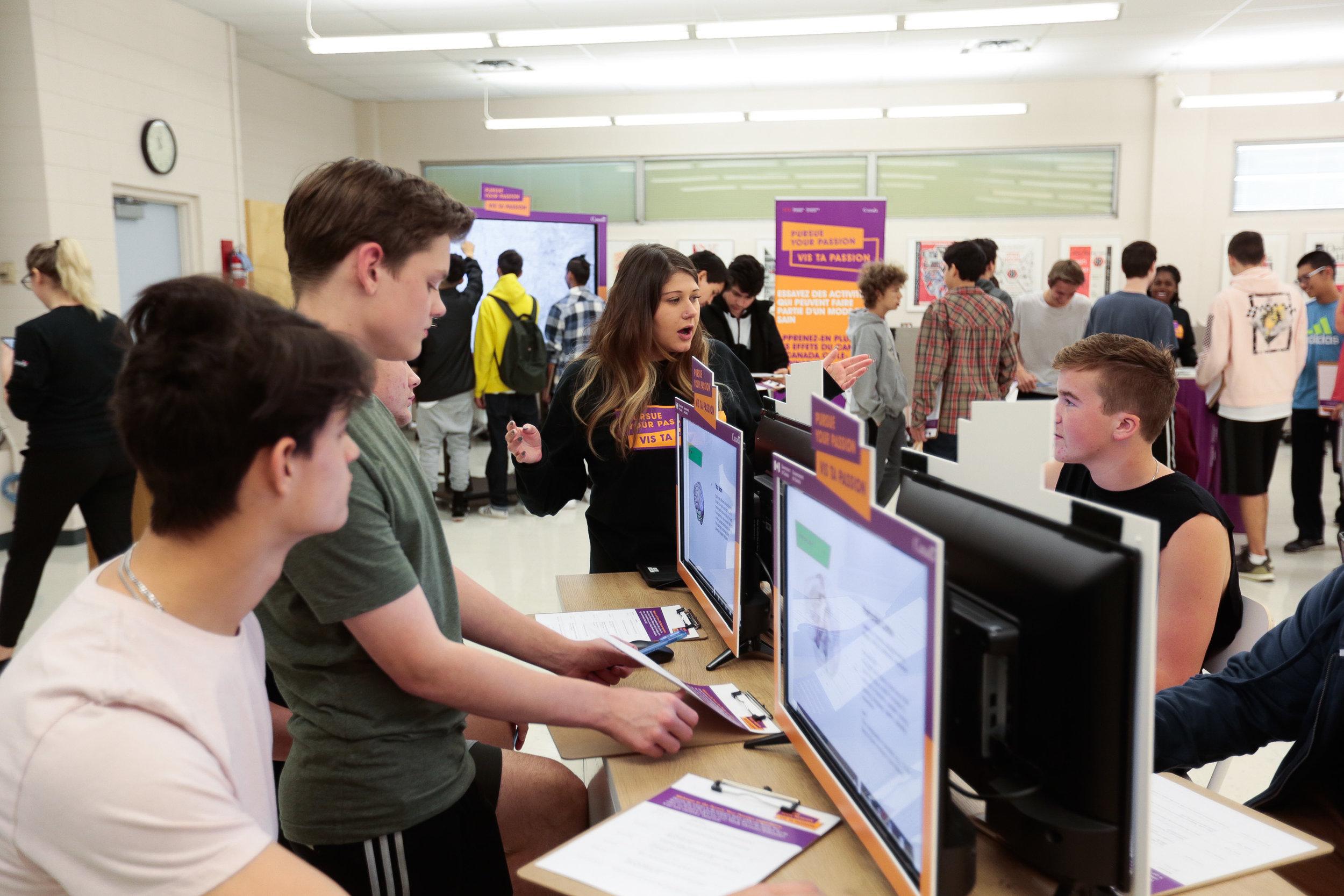 Des étudiants utilisant le Cerveau 360 sur des écrans d'ordinateur