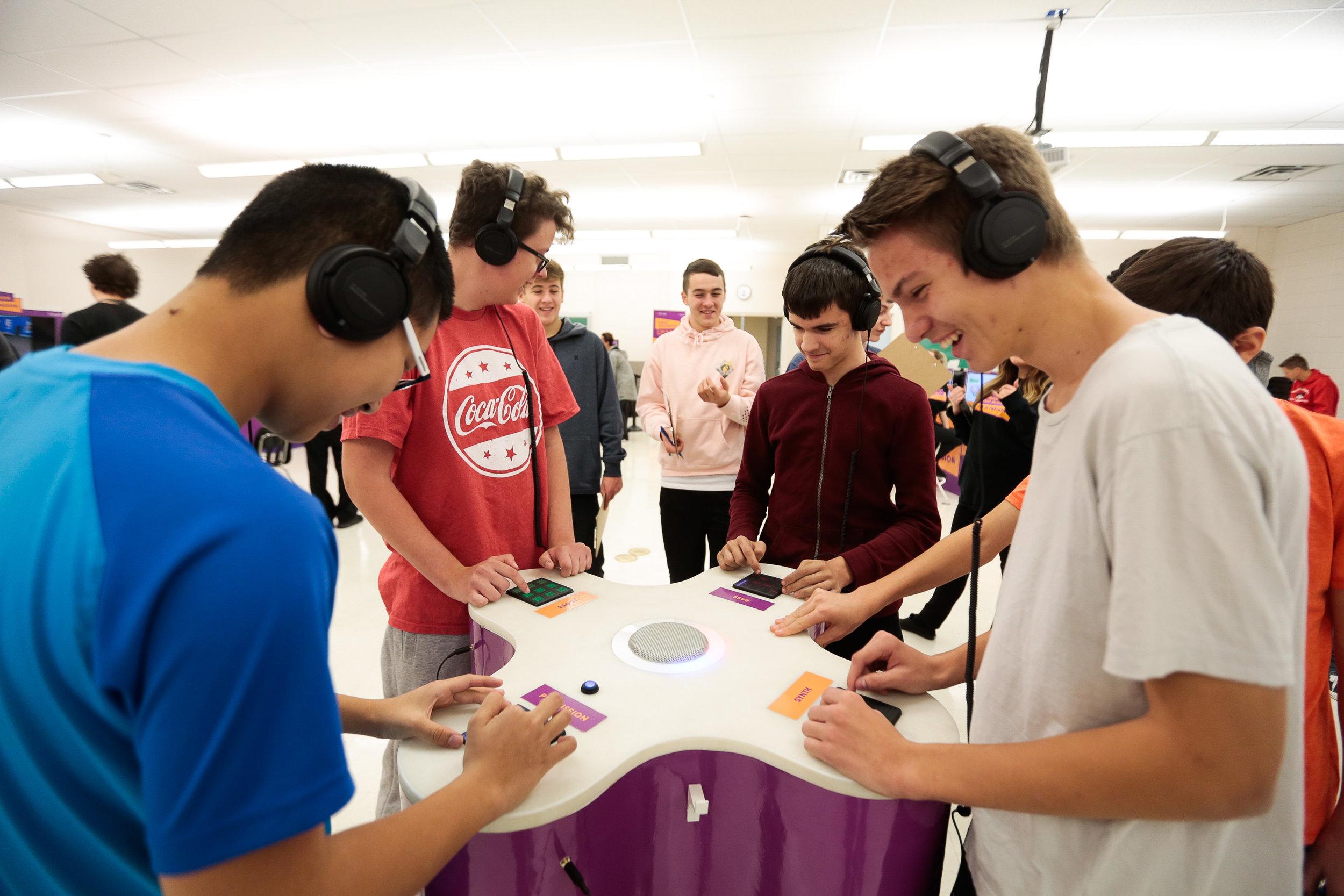 Des étudiants utilisant l'expérience de la table sonic
