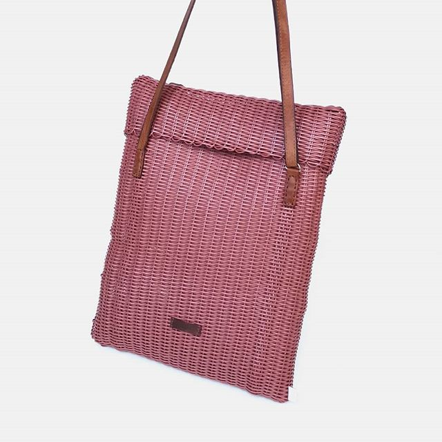 Minimal. Handcrafted. Beautiful Mailbag in pink terracota. Perfect for Labor Day weekend! Link in bio to shop. . . . . . #fibraupcycle #upcycle #sustainablefashion #slowfashion #ethicalfashion #handmade #mindfullymade #handmadebags #madeinguatemala #recycledplastic