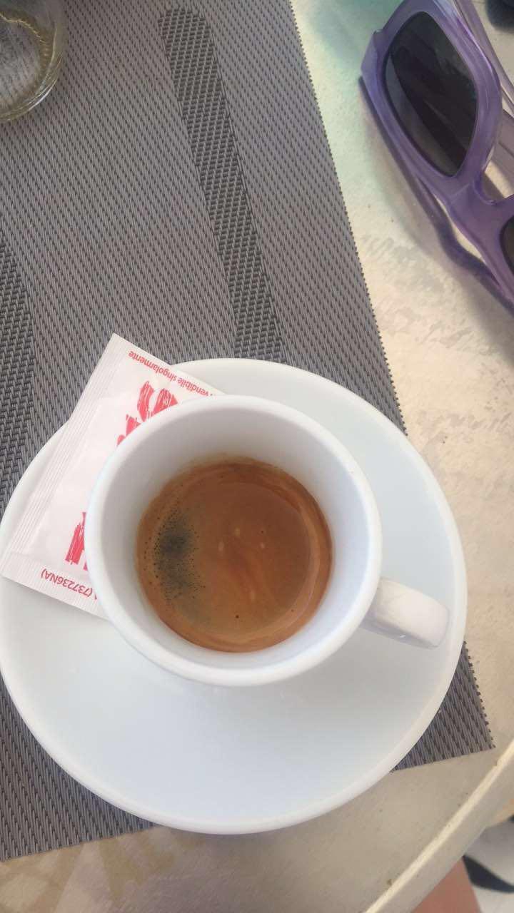Un cafe s'il vous plait.