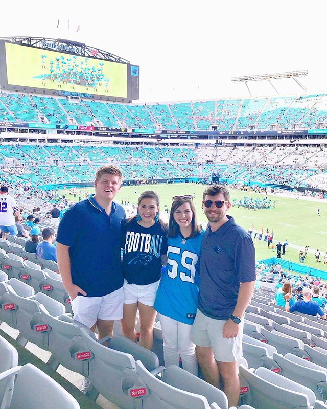 "Me to Andrew: ""Aren't you glad you have a wife that likes watching sports with you?"" 🏈 ⠀⠀⠀⠀⠀⠀⠀⠀⠀ Me to myself: ""He doesn't have to know that I'm mostly here for @sirpurr and #Purcussion..."" 😹🥁🤷🏻‍♀️"