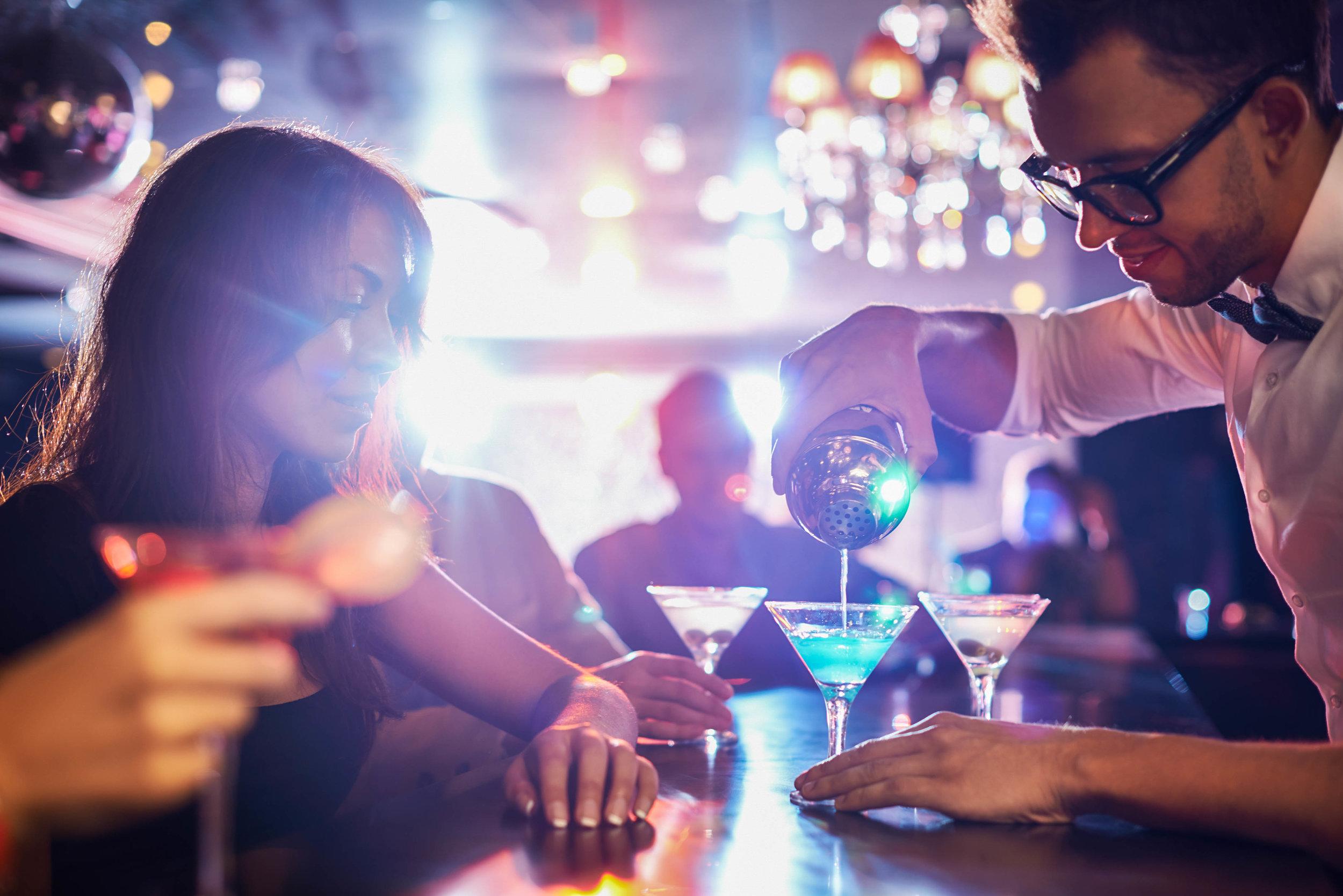 Eingießen-einen-cocktail-iStock_79808751_XLARGE-2.jpg