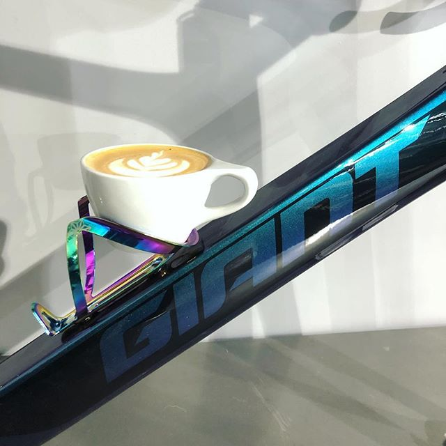 Good combination. #bikesandcoffee @giantbicyclesusa @supacaz @avocacoffeeroasters @notneutral @giantbicycles @cadencecyclerykeller @cadencecyclery . #cycling #cappuccino #espresso #latte #latteart #chameleon #mistyvalley #oilslick