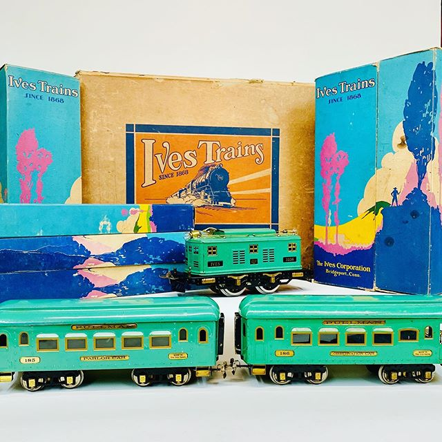 Circa 1930 Ives trains outfit 1071 consisting of a 3236 in cadet blue with 185 and 186 all in the original boxes and setbox.
