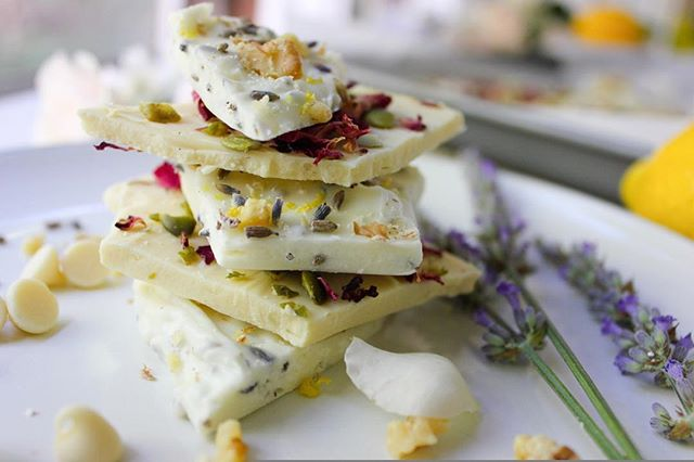 Hello beautiful Christmas gift idea!  Today we are bringing you not one, but TWO awesome recipes!  Lemon lavender AND pepita rose white chocolate bark.  But really, the options are endless.  I mean, you could go cliche and go with peppermint... but let's get a little more creative, shall we?  You're friends and family will absolutely LOVE this perfect treat! . New recipe on the blog! Link in bio! . . . #whitechocolatebark #christmasgiftideas #inmykitchen #healthyish #f52gram #food52 #eeeeeats #eatpretty #thekitchn #pepitas #rosepetals #giftideasforher