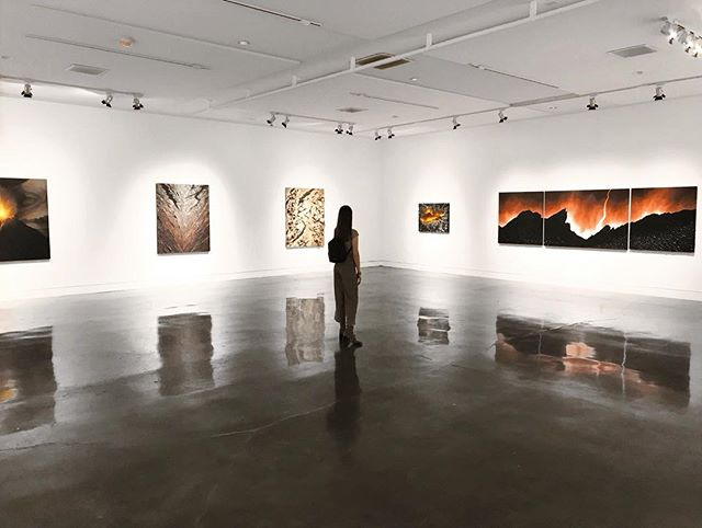 "Yesterday at the Amazing show ""Textured Environments"" of my sister @kellybergart ♥ _  #art#kellybergart#gallery#artworld#losangelesartist#landscapeart#exhibitionart#artexhibitions"