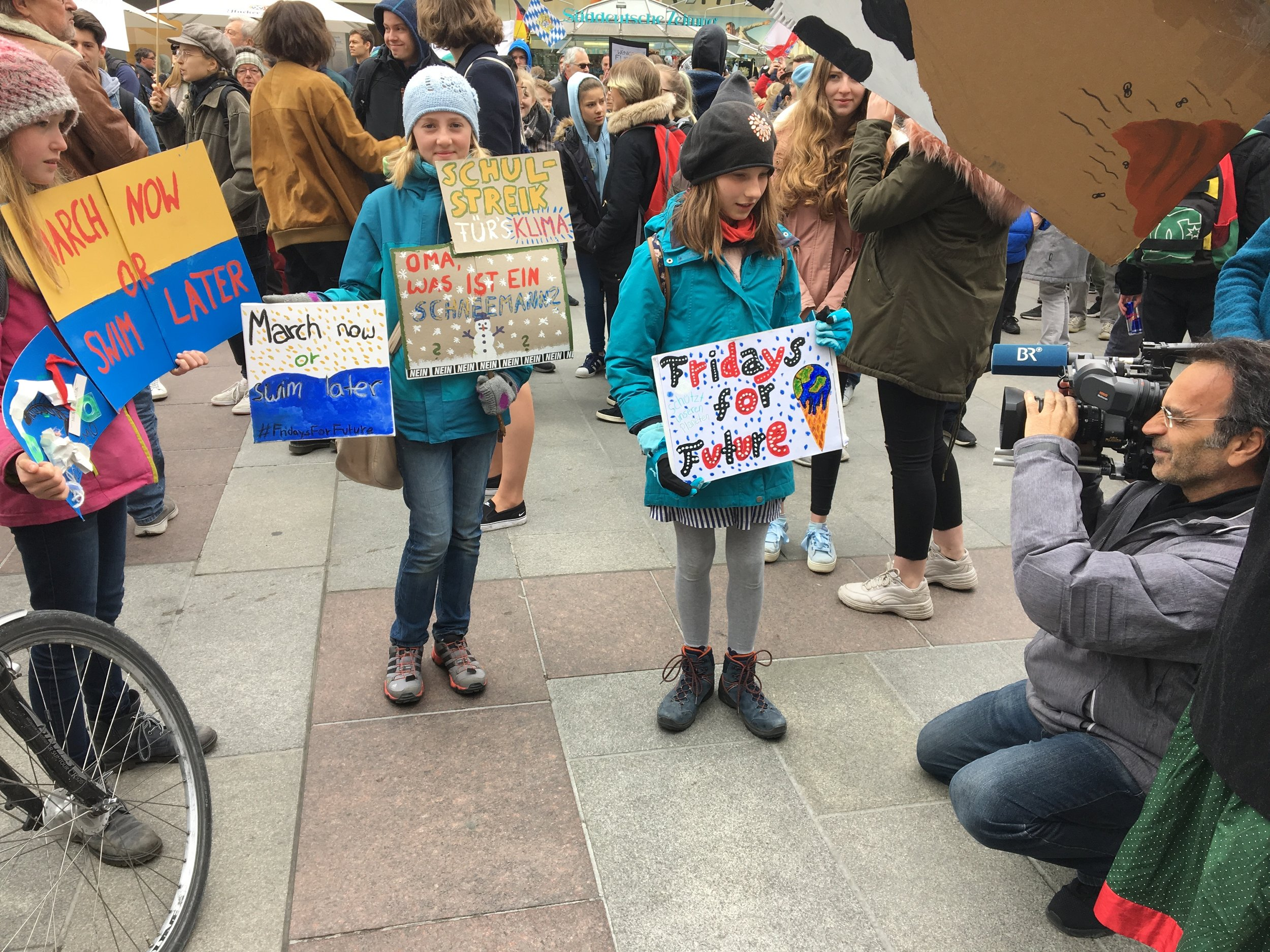 Bavarian television records young FridaysForFuture activists at Munich's Marienplatz