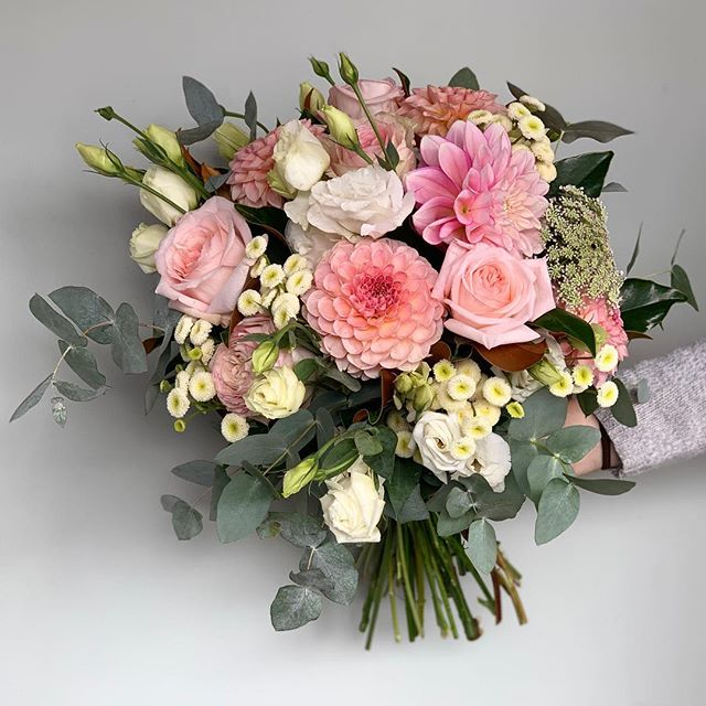 This pretty posy by our florist Ruby contains stunning dahlias fresh in today from @therookblooms #dahlias #bouquet