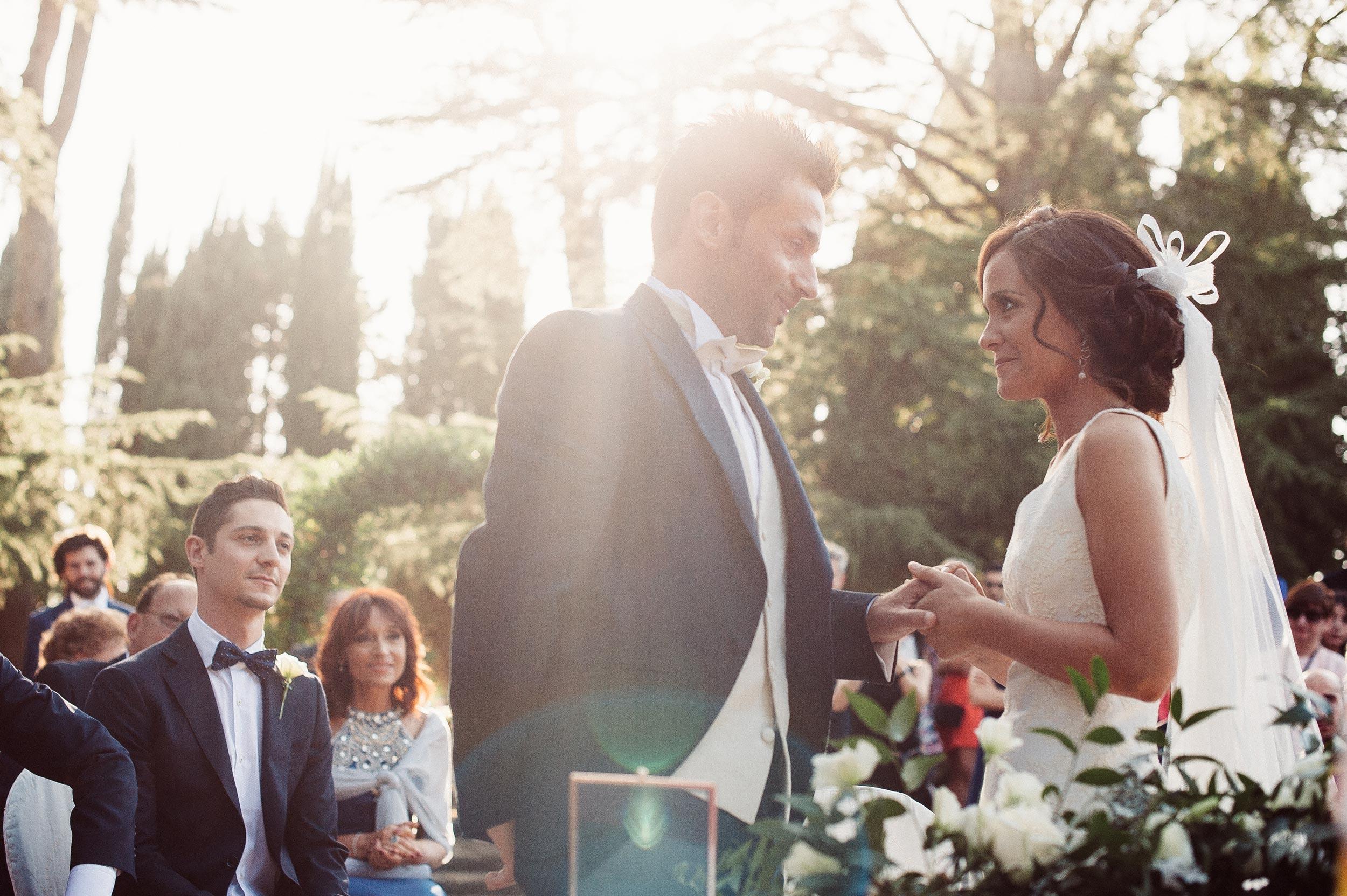 beautiful-wedding-in-italy-flare-strikes-during-ring-exchange.jpg