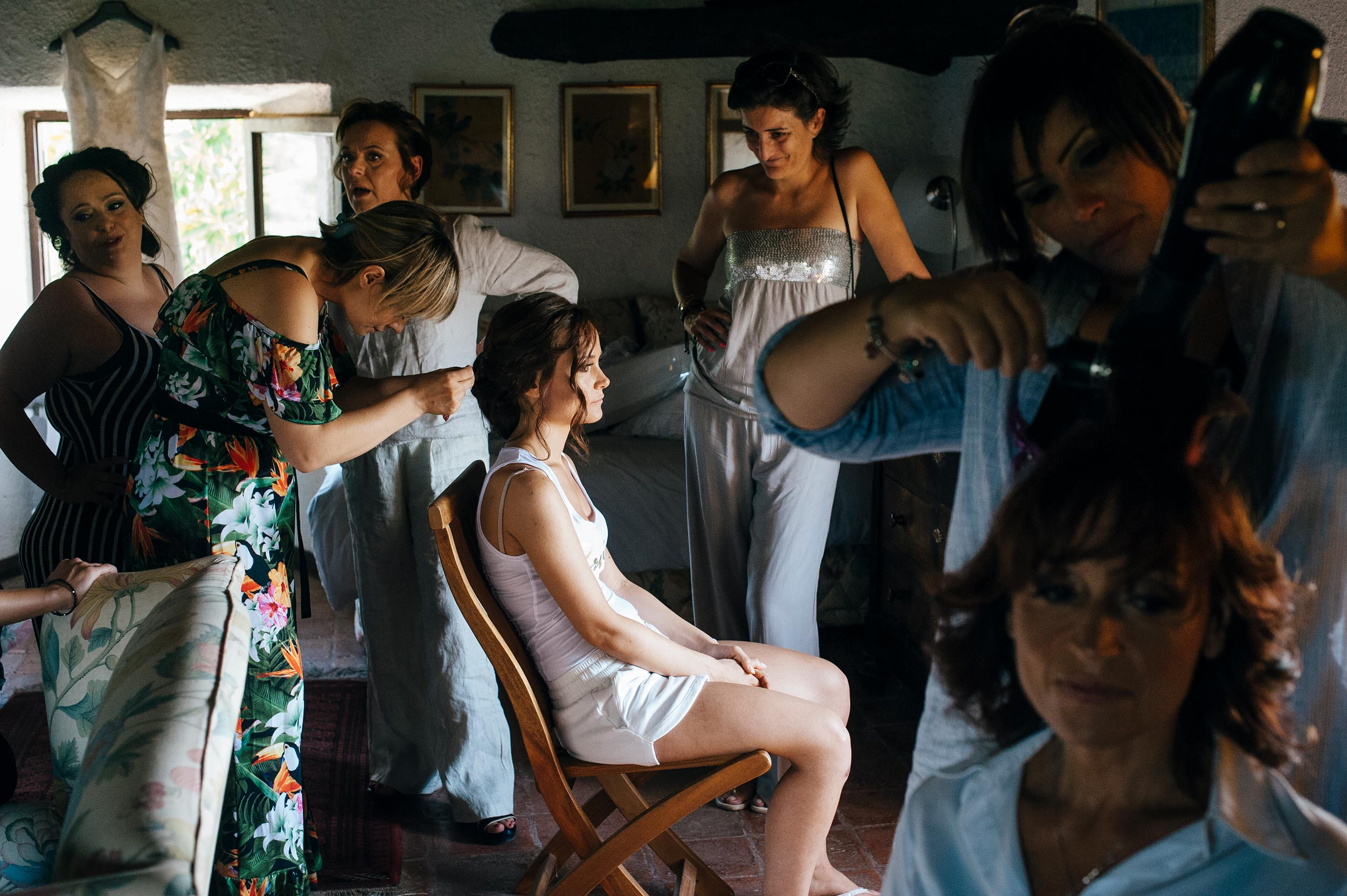 bride-getting-ready-with-many-people-castellina-de-miremont.jpg