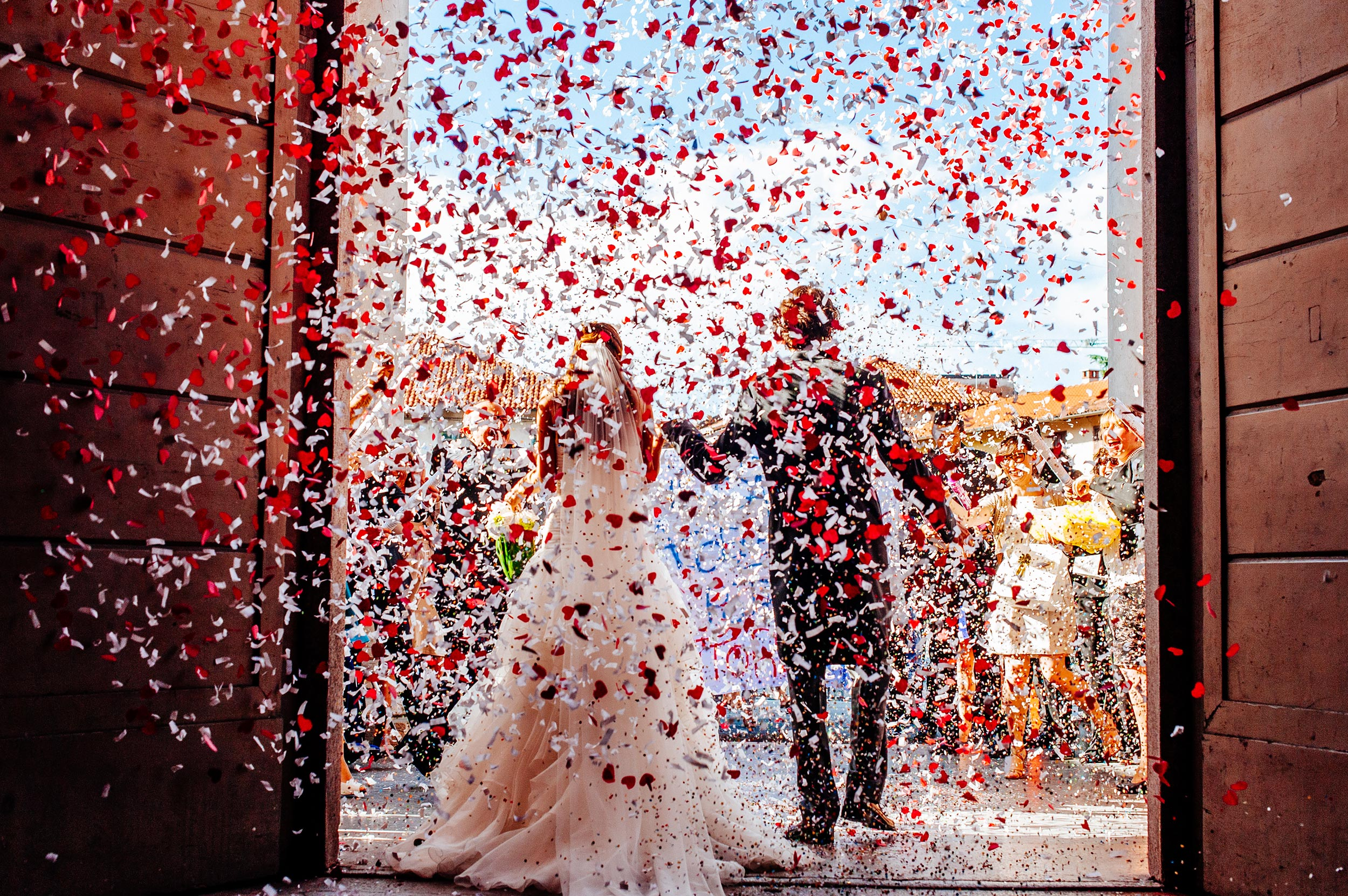 confetti-cannons-red-hearts-wedding-italy-church-exit.jpg