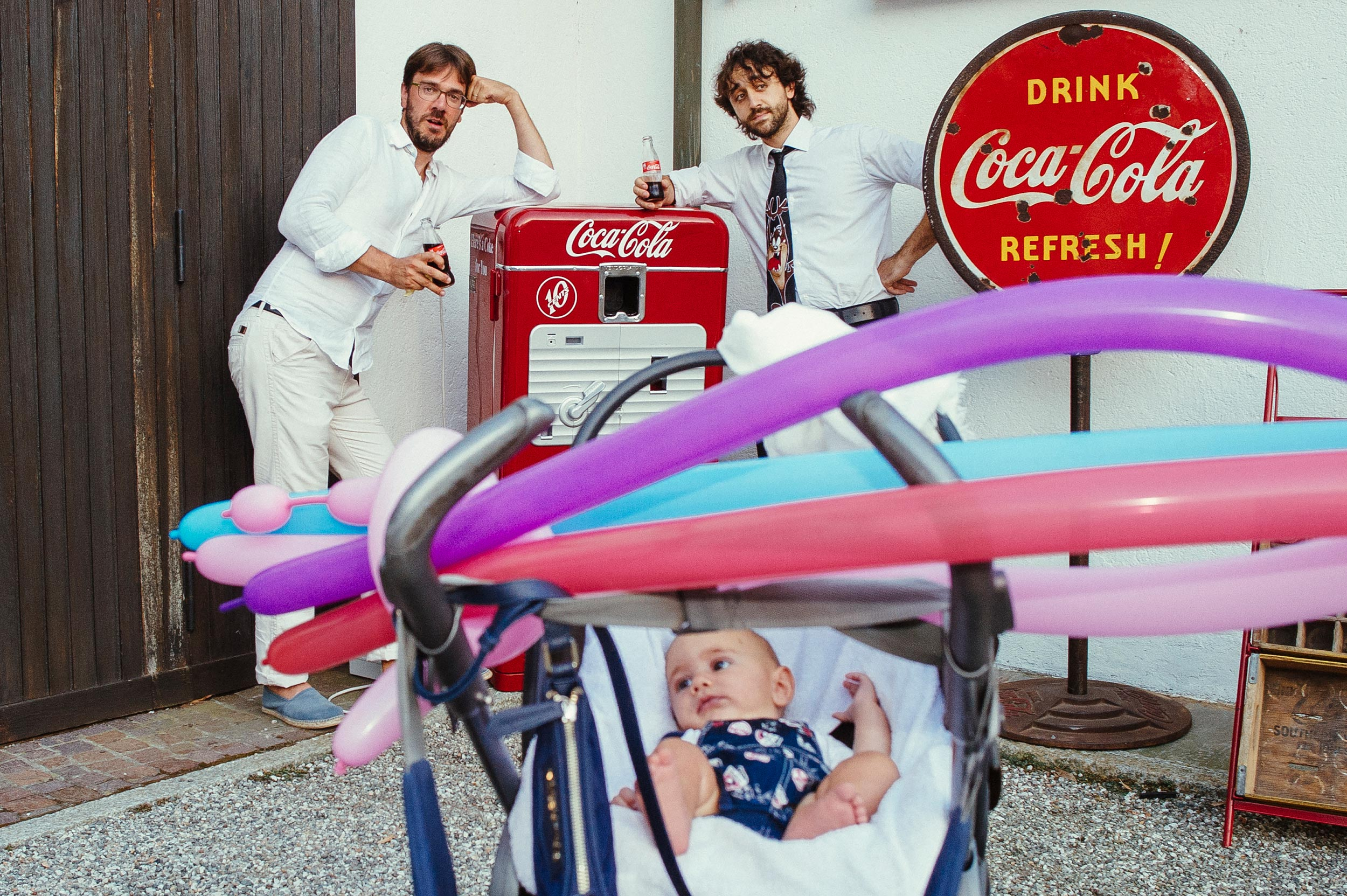 guests-caught-while-posing-for-friends-coca-cola-wedding-italy.jpg