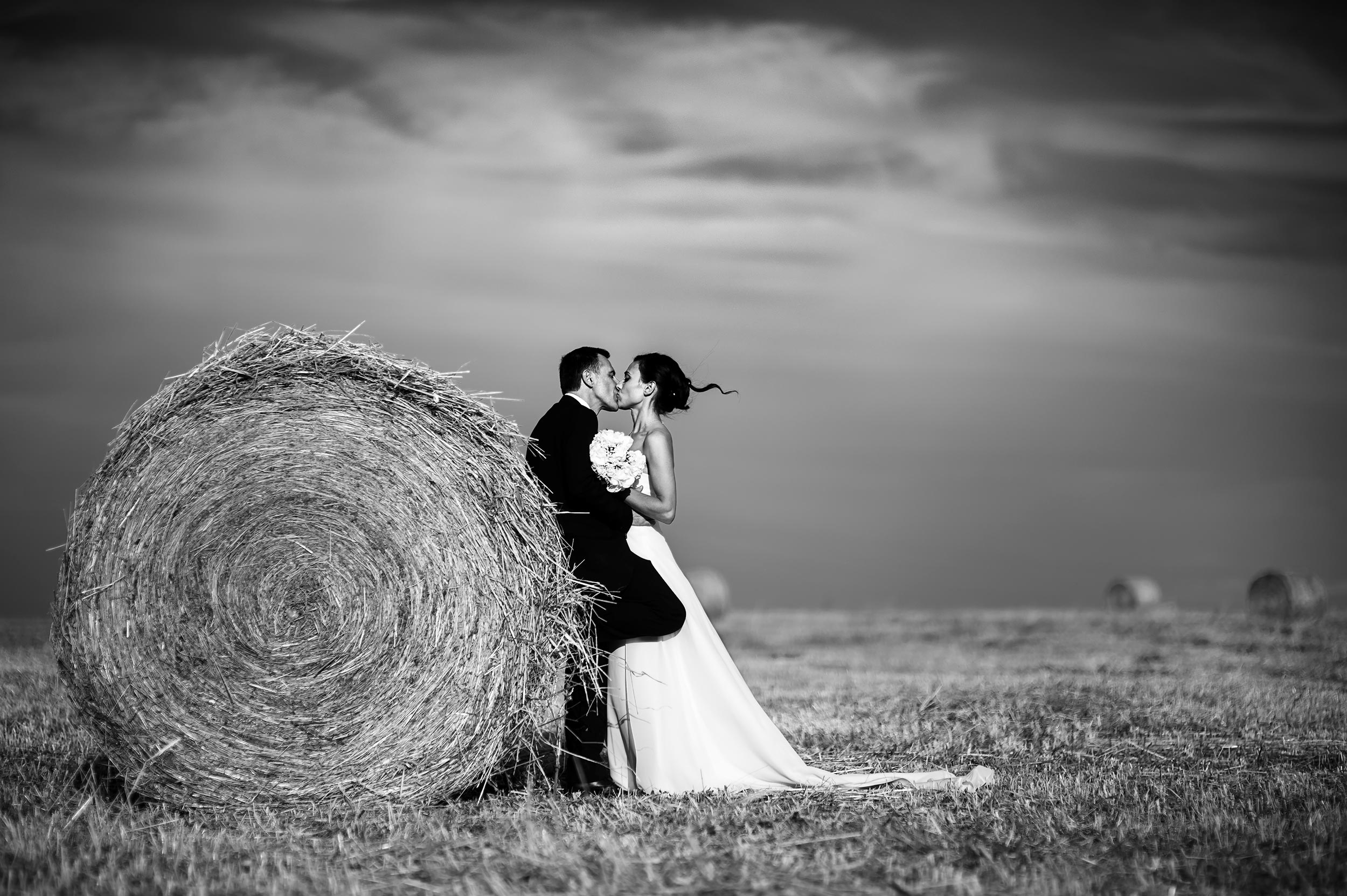 hay-bales-bride-and-groom-italy-countryside-black-and-white-wedding-photography.jpg