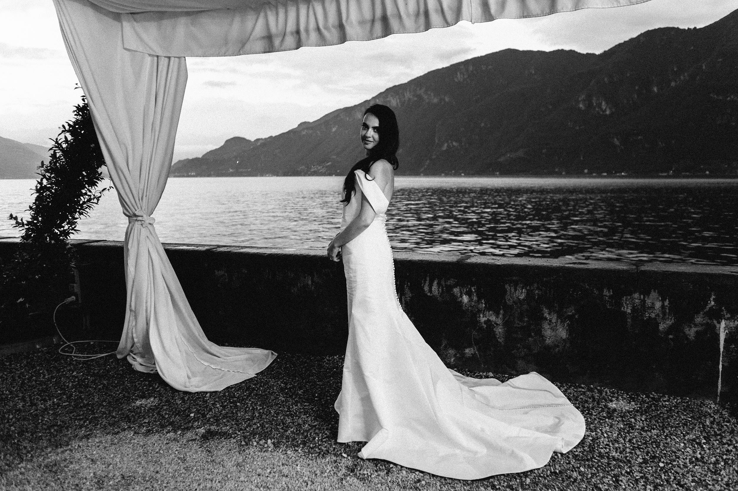 portrait-of-the-bride-and-curtain-lake-como-black-and-white-wedding-photography.jpg