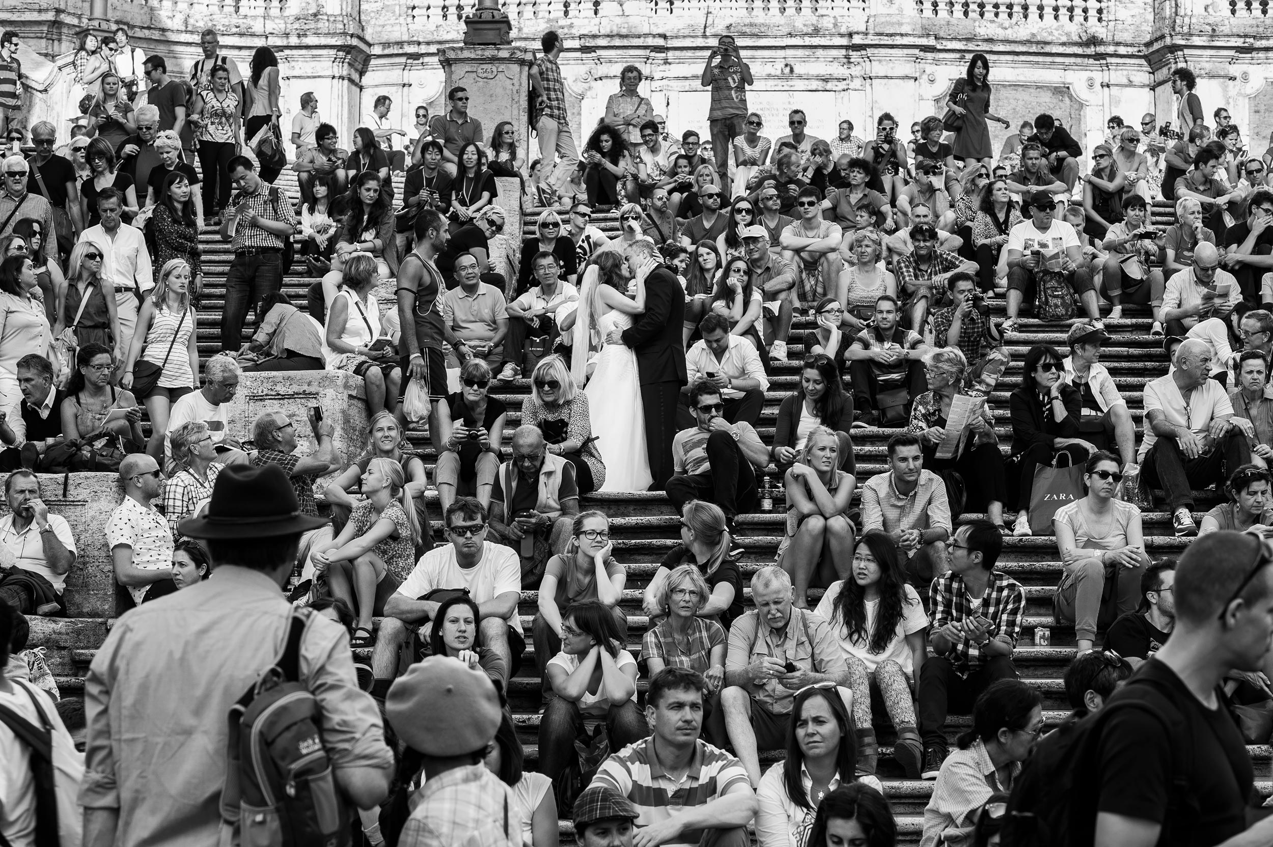 rome-spanish-steps-kiss-among-the-crowd-black-and-white-wedding-photography.jpg