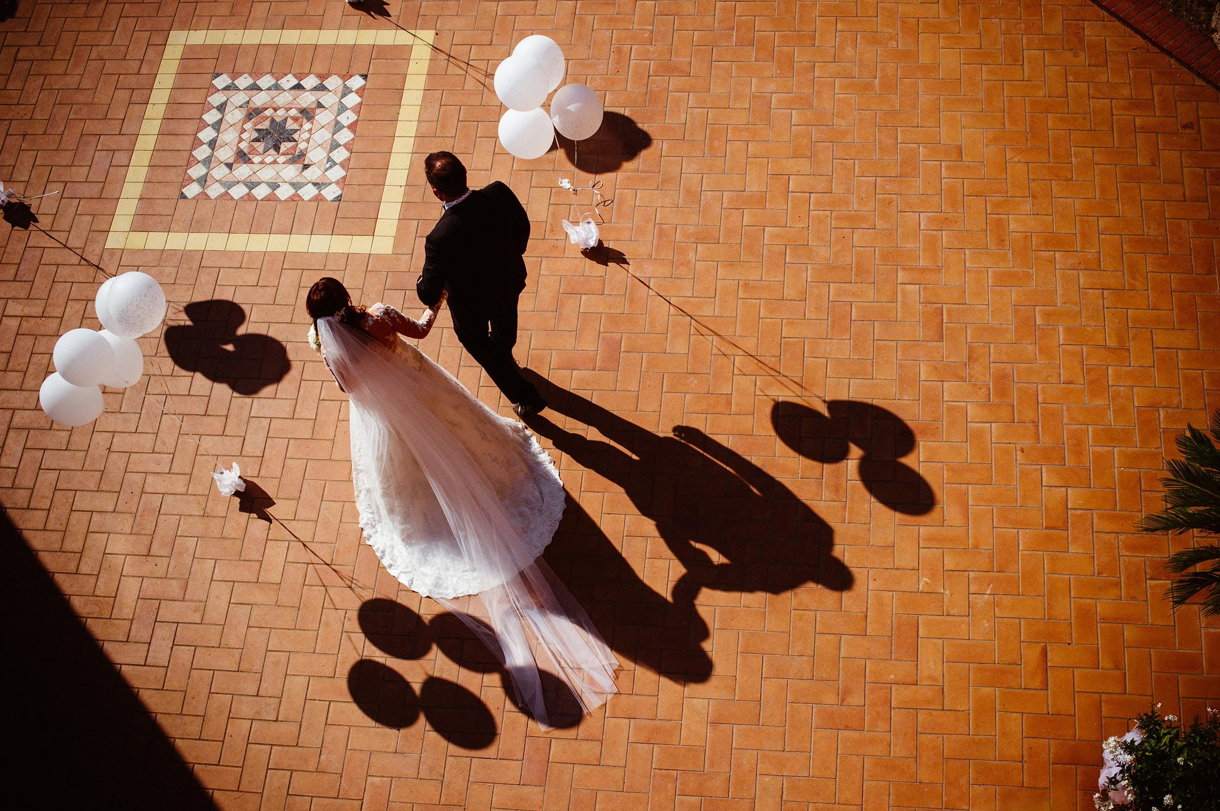 destination-wedding-photographer-italy-bride-and-dad-white-balloons.jpg