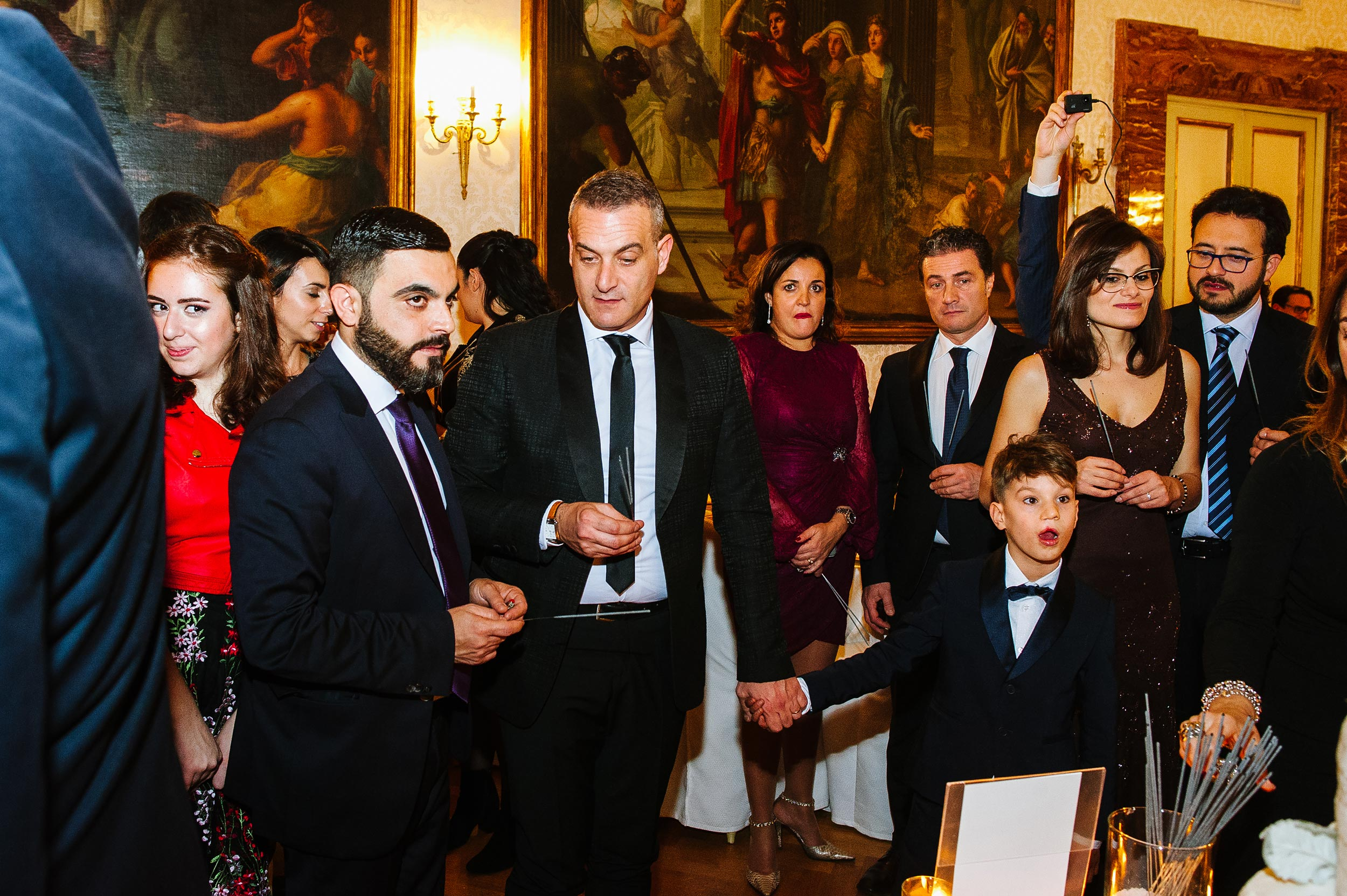 wedding-in-naples-people-waiting-for-cake-cutting-documentary--candid-wedding-photography-by-Alessandro-Avenali.jpg