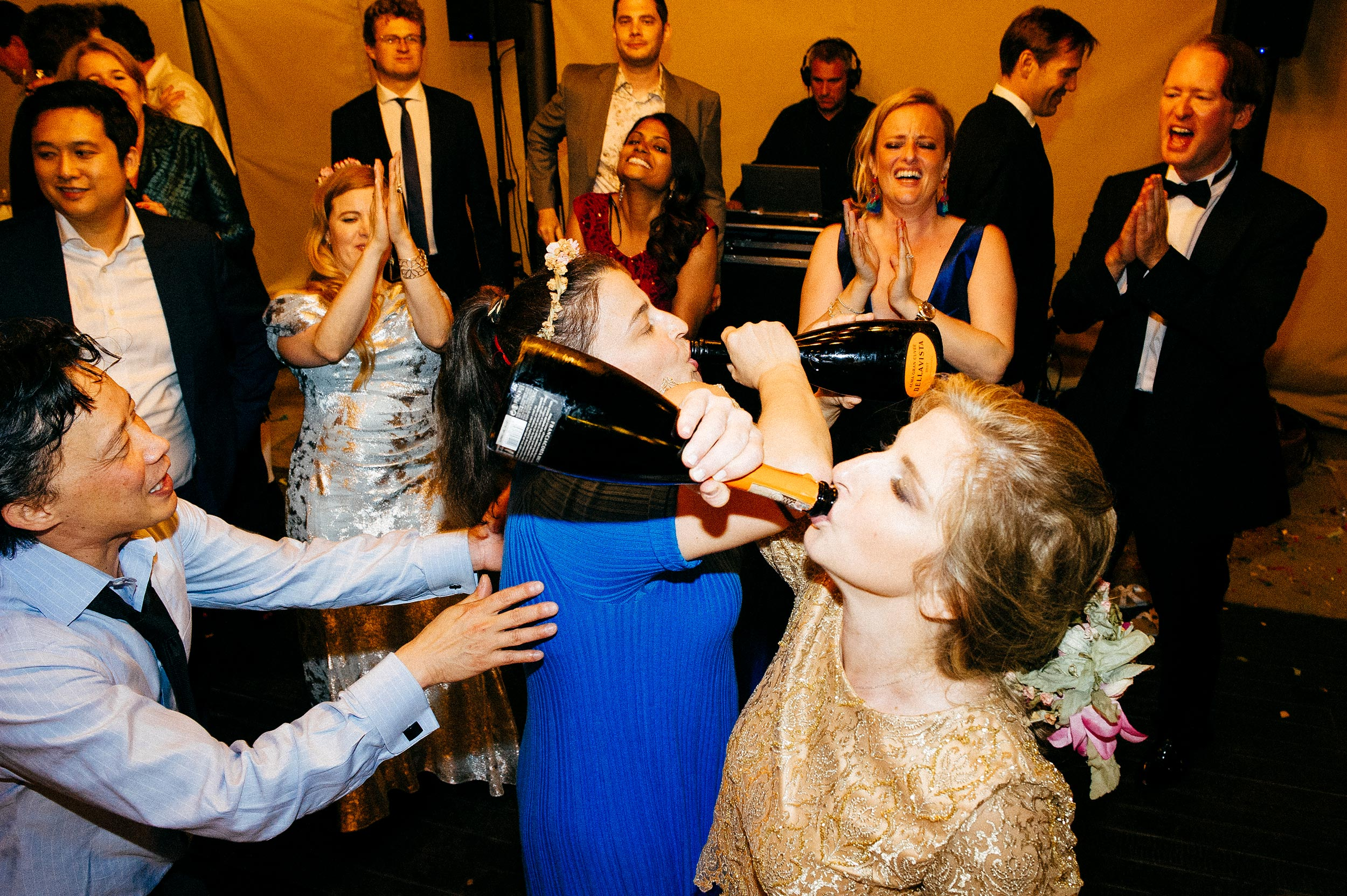wedding-villa-beccaris-langhe-italy-monforte-alba-crazy-party-documentary-photography-by-Alessandro-Avenali.jpg