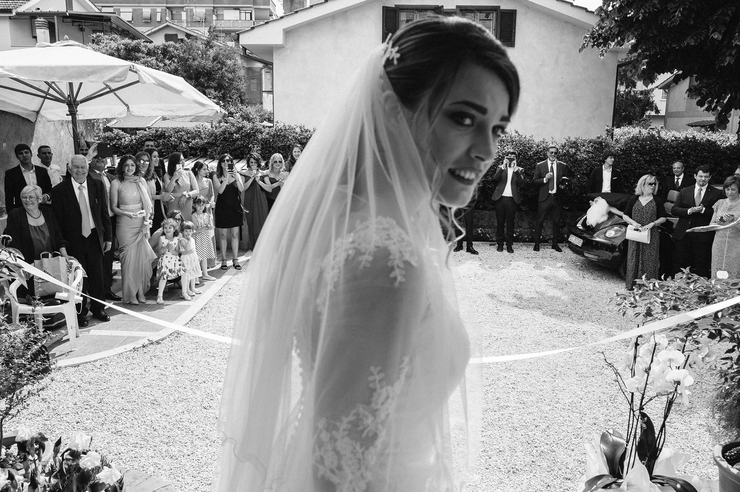 telling-stories-the-bride-black-and-white-candid-documentary-wedding-photography-by-Alessandro-Avenali.jpg