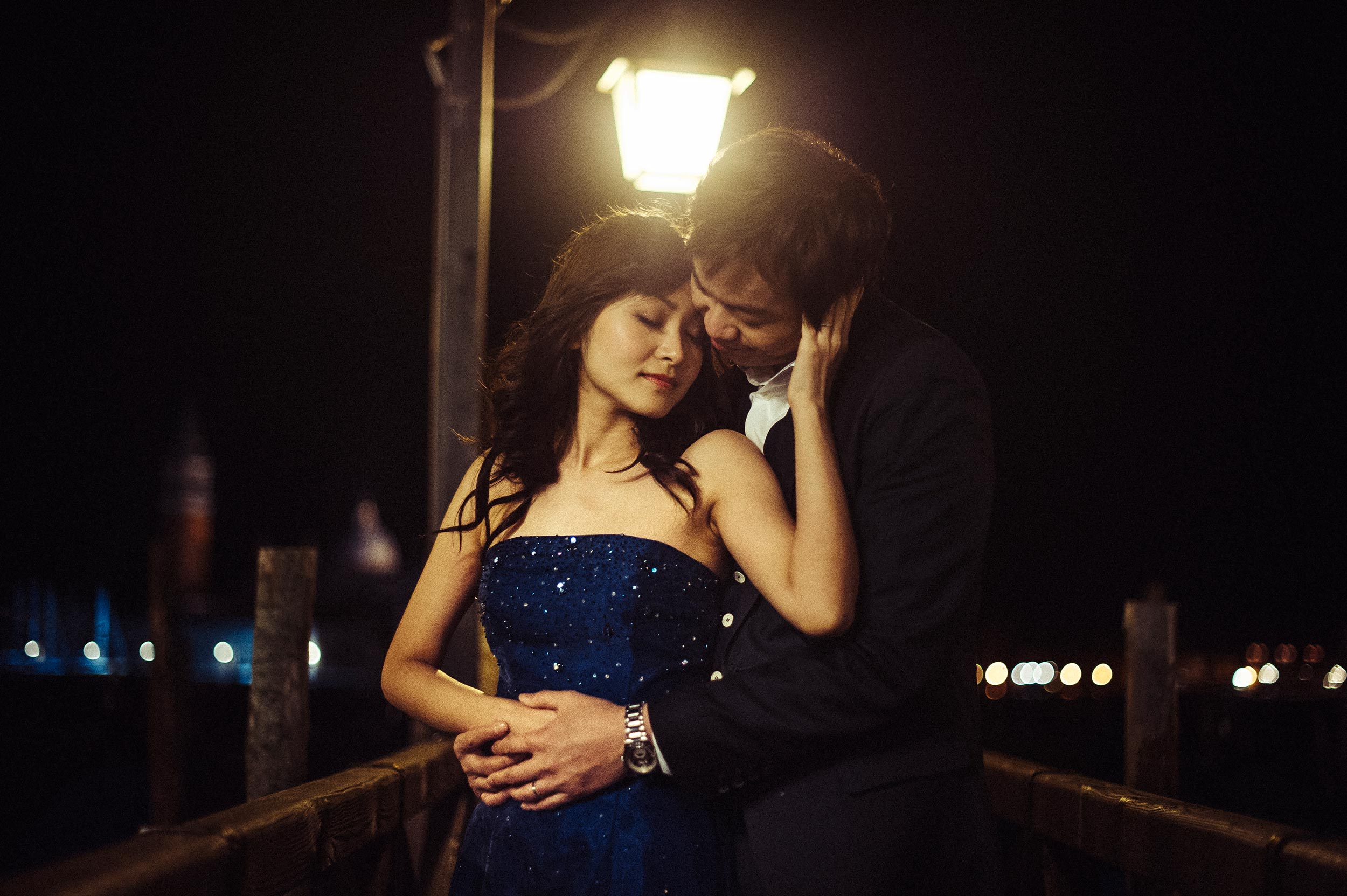 venice-chinese-engagement-shooting-at-night-under-the-lantern.jpg