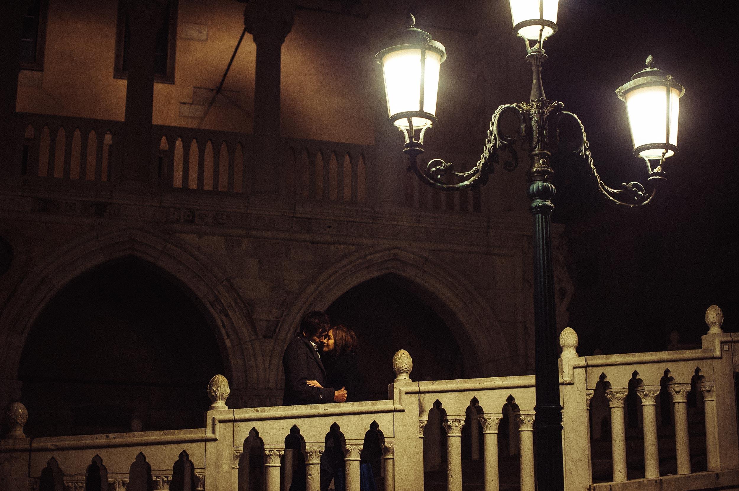 venice-love-portrait-at-night-under-a-public-lamp-winter-anniversary-honeymoon.jpg
