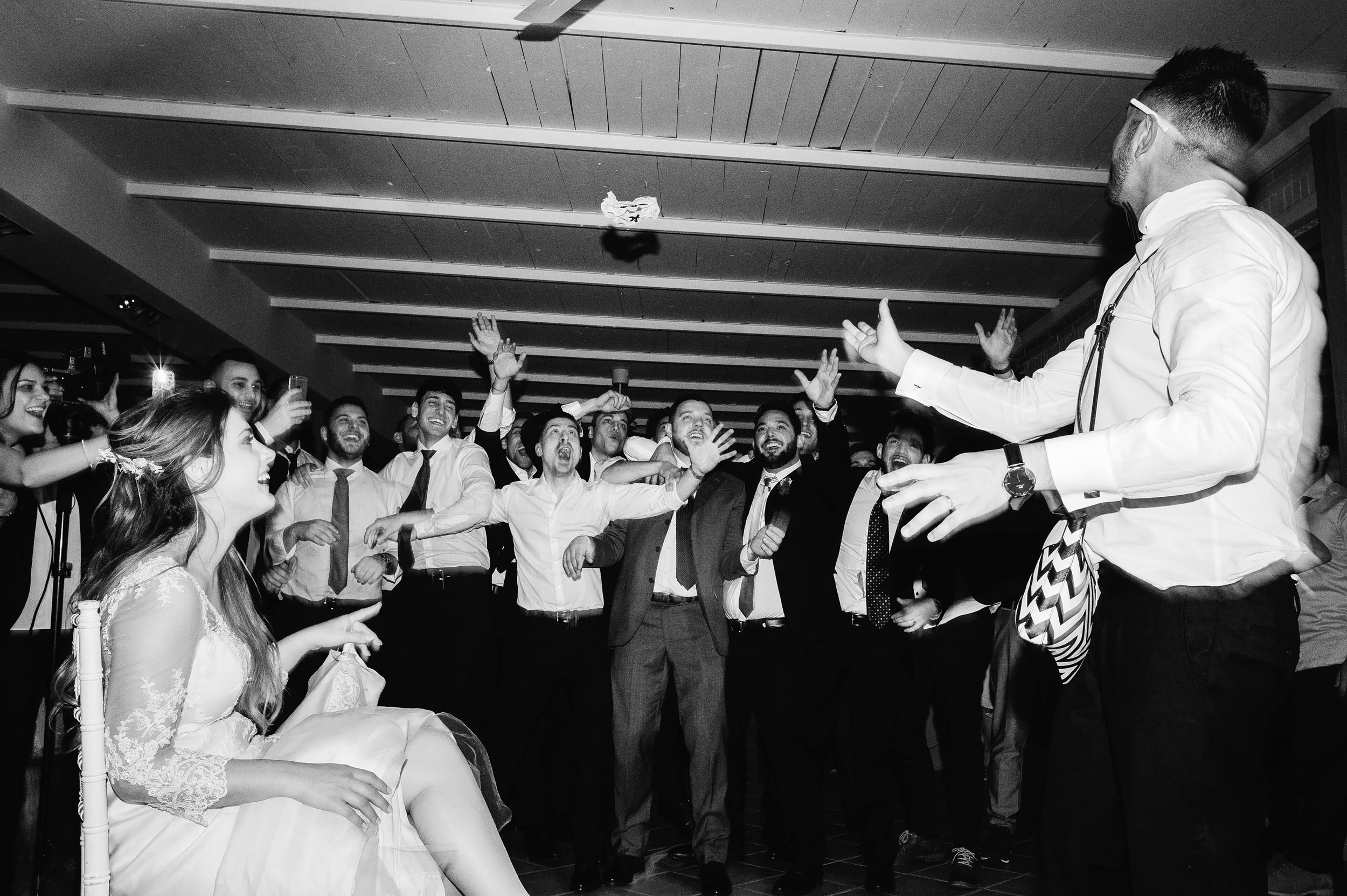garter-wedding-reception-groom-italy-la_remessuola-documentary-wedding-photography-by-Alessandro-Avenali.jpg