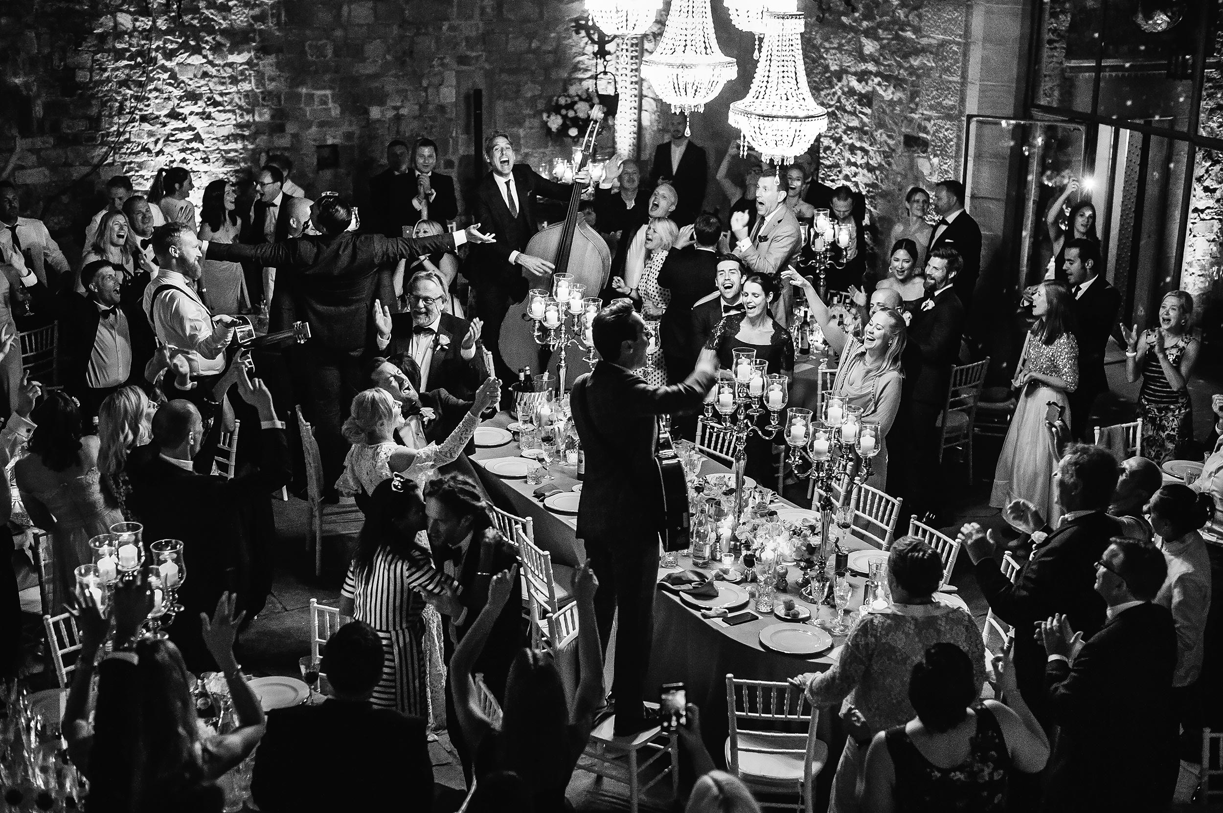 wedding-reception-dancing-live-music-band-the-london-essentials-black-and-white-candid-photographer-Alessandro-Avenali.jpg
