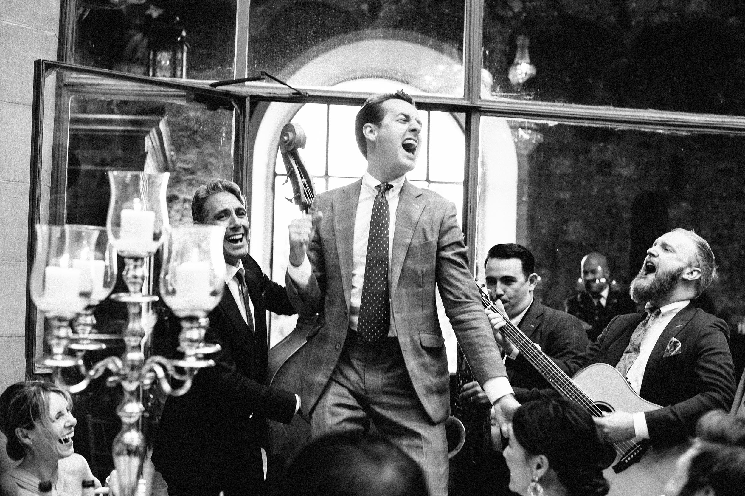 luxury-jazz-classic-rock-band-the-london-essentials-candid-black-and-white-wedding-photography-by-Alessandro-Avenali.jpg