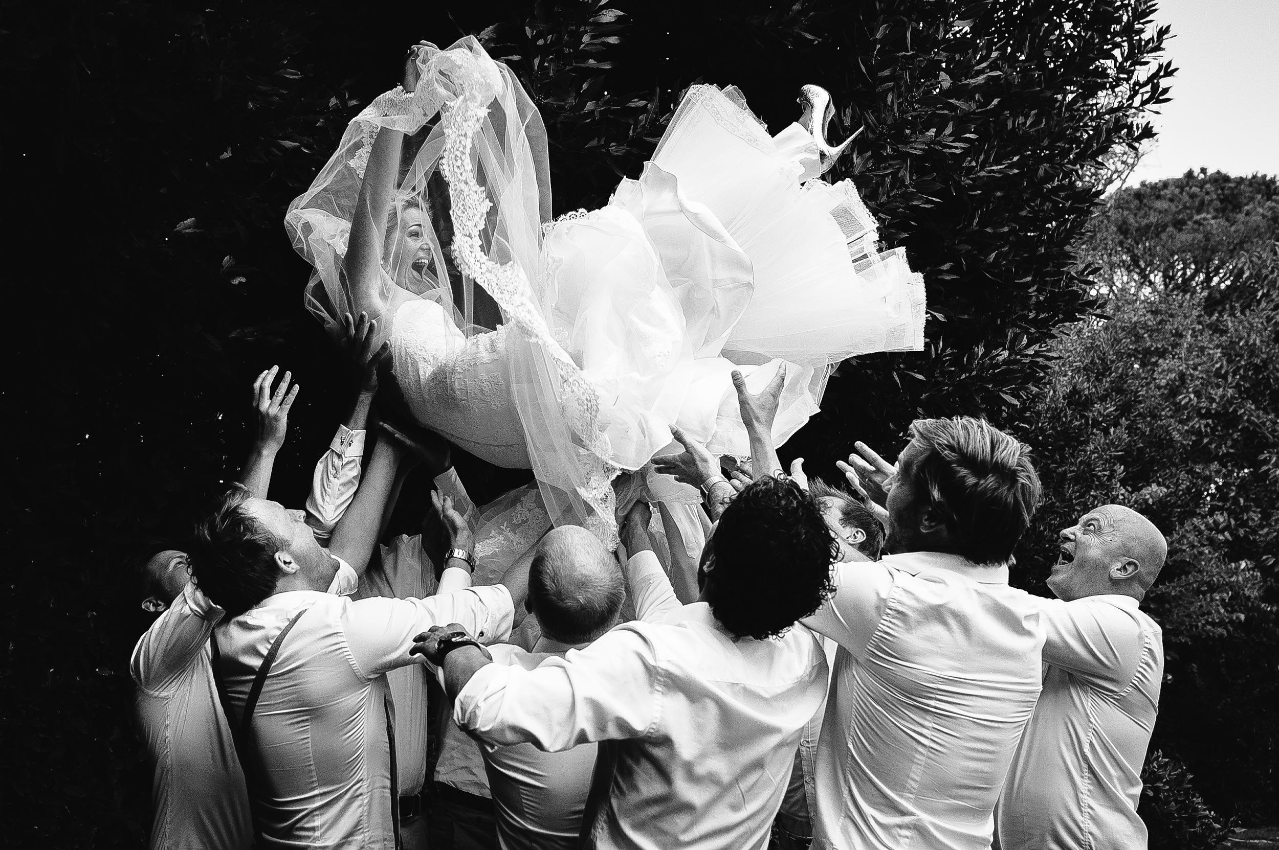 Castello di Monterado Wedding Photographer Marche Central Italy Alessandro Avenali Documentary Black And White Bride Jumping