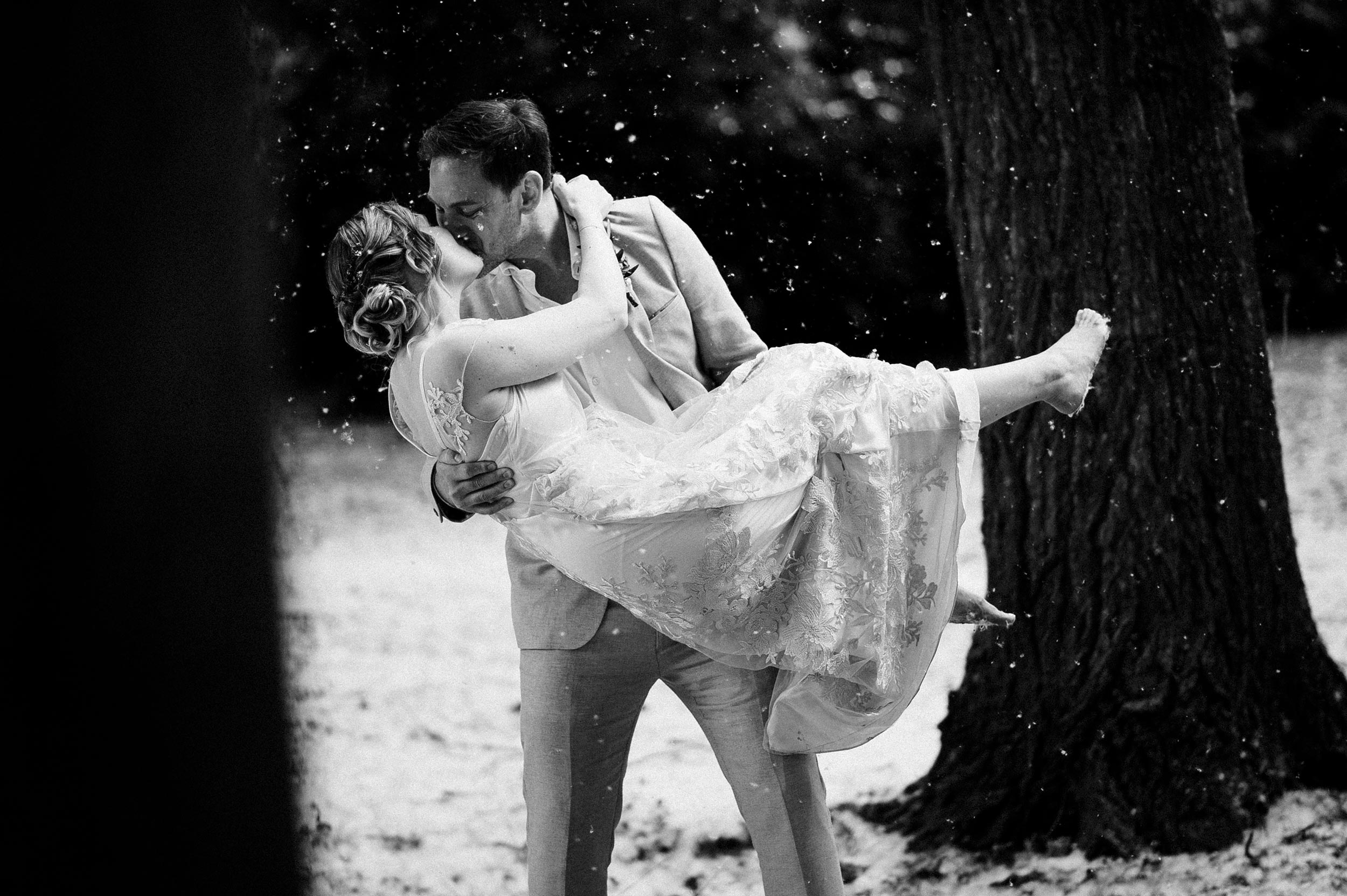 Couple kisses in the snow - Italy Wedding Photographer Alessandro Avenali