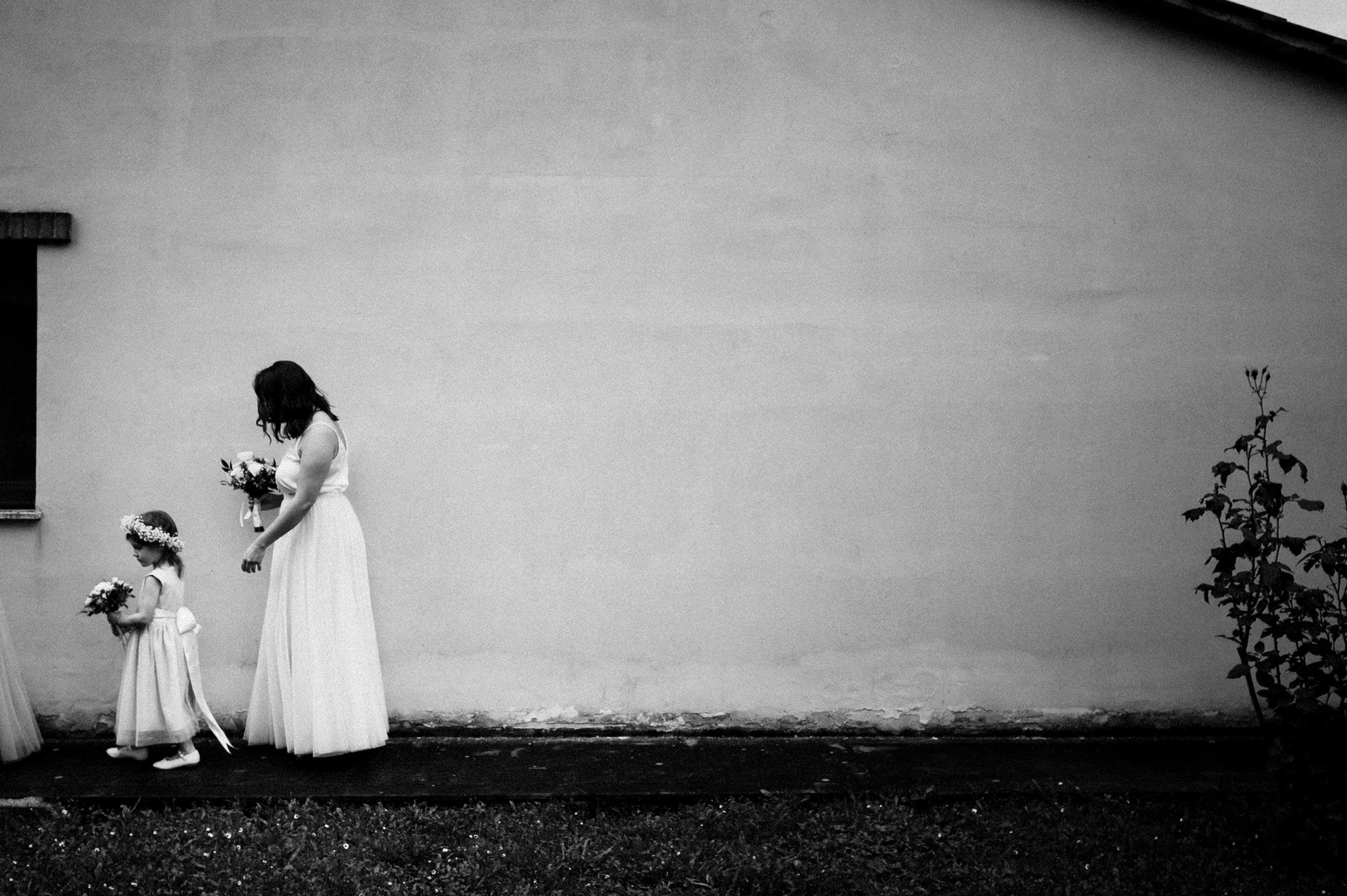 flower girl italy wedding photographer tuscany alessandro avenali candid wedding photography