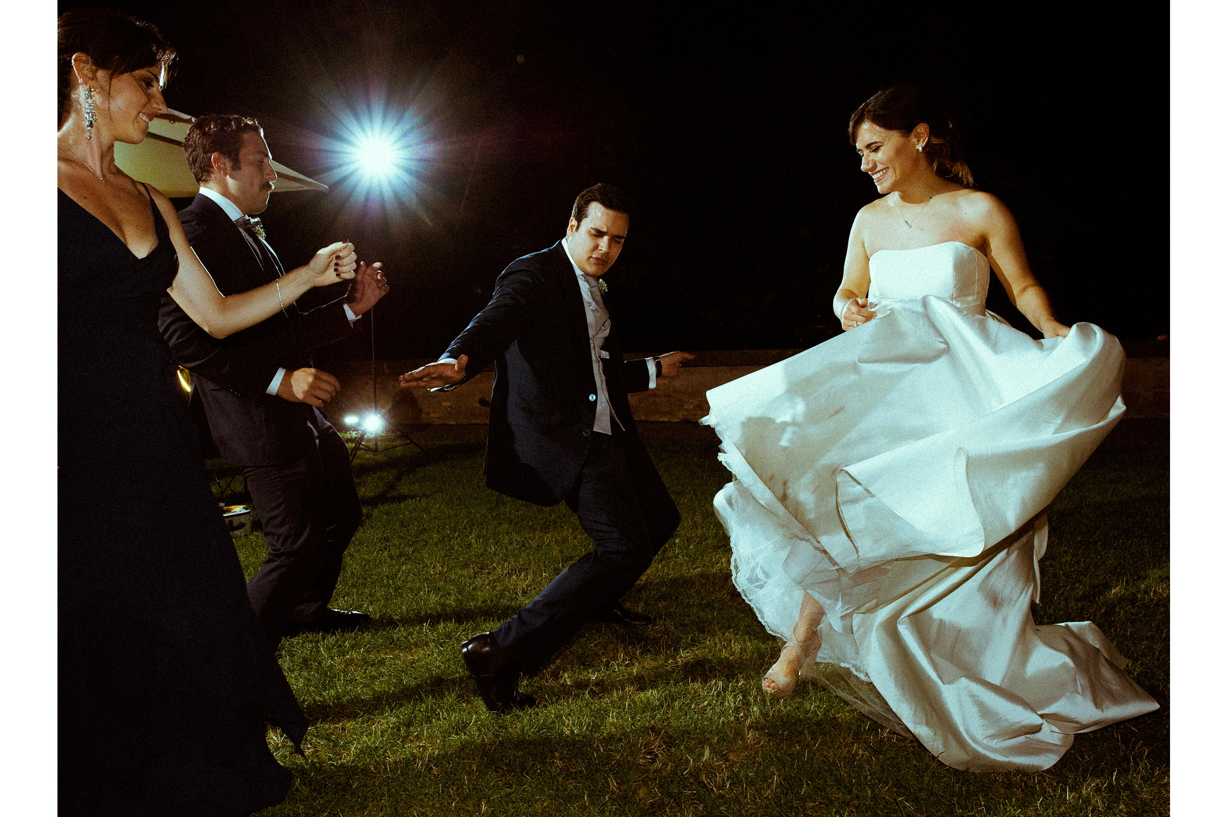 bride and groom dancing in rome wedding photographer alessandro avenali