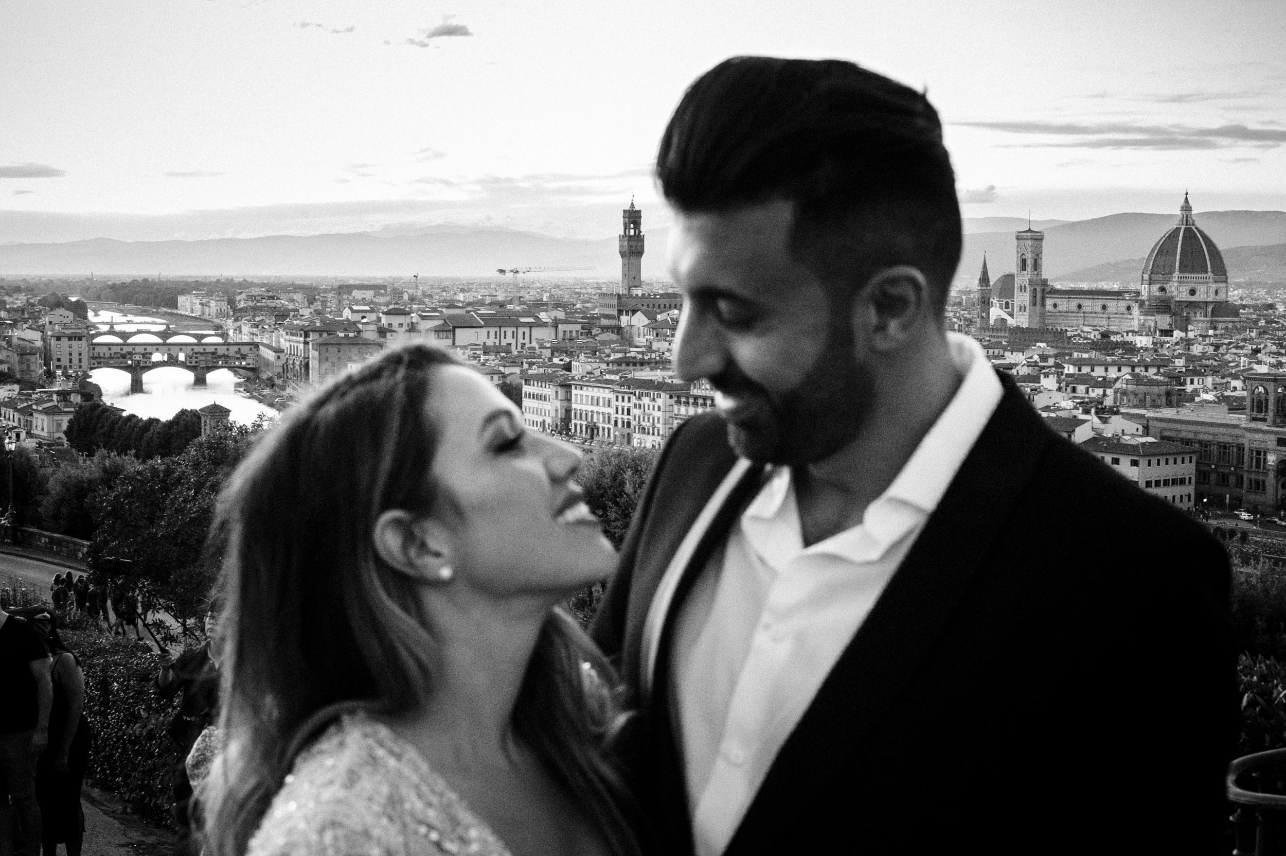 bride and groom love portrait in FlorenceTuscany wedding photographer Alessandro Avenali